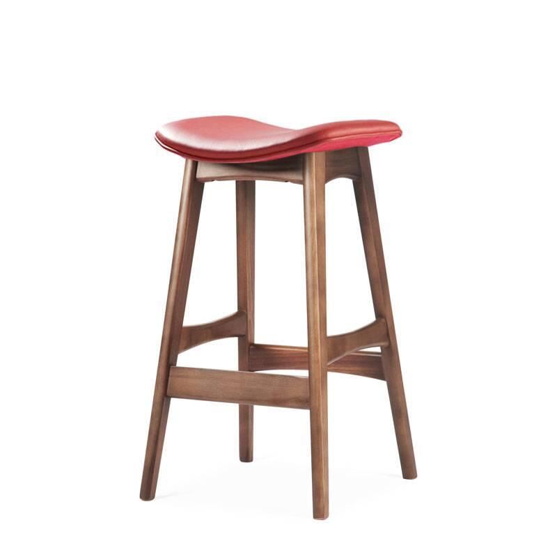 Барный стул Allegra высота 67Полубарные<br>Первоначально разработанный Йоханнесом Андерсеном в 1961 году, барный стул Allegra высота 67 — простое, но шикарное дополнение к любому дому или офису. С сиденьем, находящимся на уровне 76 сантиметров, этот стильный стул практичен и современен.<br><br><br> Высококачественная рама барного стула Allegra высота 67 выполнена из ореха, а сиденье — из мягкой кожи, которую к тому же легко чистить. Сиденье шириной 40 сантиметров подстроено под анатомические линии тела. Красное, белое и черное цветовое...<br><br>stock: 0<br>Высота: 66,5<br>Ширина: 40<br>Глубина: 38,5<br>Цвет ножек: Орех<br>Материал ножек: Массив ореха<br>Цвет сидения: Красный<br>Тип материала сидения: Кожа<br>Коллекция ткани: Standart Leather<br>Тип материала ножек: Дерево