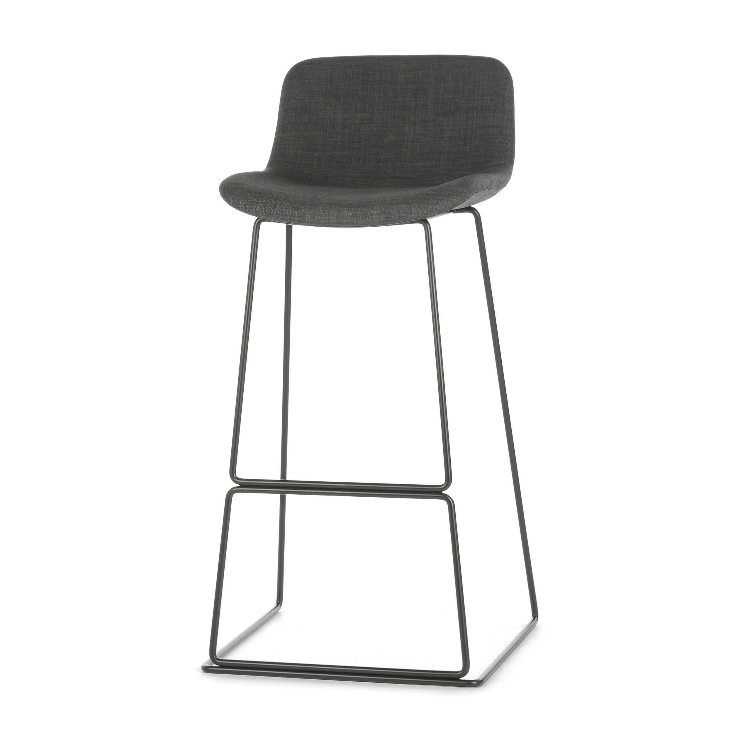 Барный стул Neo с мягкой обивкойБарные<br>Дизайнерский высокий барный стул Neo (Нео) с мягкой обивкой на стальных ножках от Cosmo (Космо). <br><br> Модель барного стула Neo с мягкой обивкой, основанная на оригинальных разработках шведского дизайнера Фредрика Маттсона, очаровывает с первого взгляда. Строение модели строго минималистичное. И в то же время универсальные цвета и геометрические формы со сглаженными углами замечательно впишутся в интерьерные композиции деревенского или конструктивного стиля, а также в некоторые интерпретации ...<br><br>stock: 37<br>Высота: 100<br>Высота сиденья: 76<br>Ширина: 48<br>Глубина: 49<br>Цвет ножек: Черный<br>Цвет сидения: Темно-серый<br>Тип материала сидения: Ткань<br>Тип материала ножек: Сталь