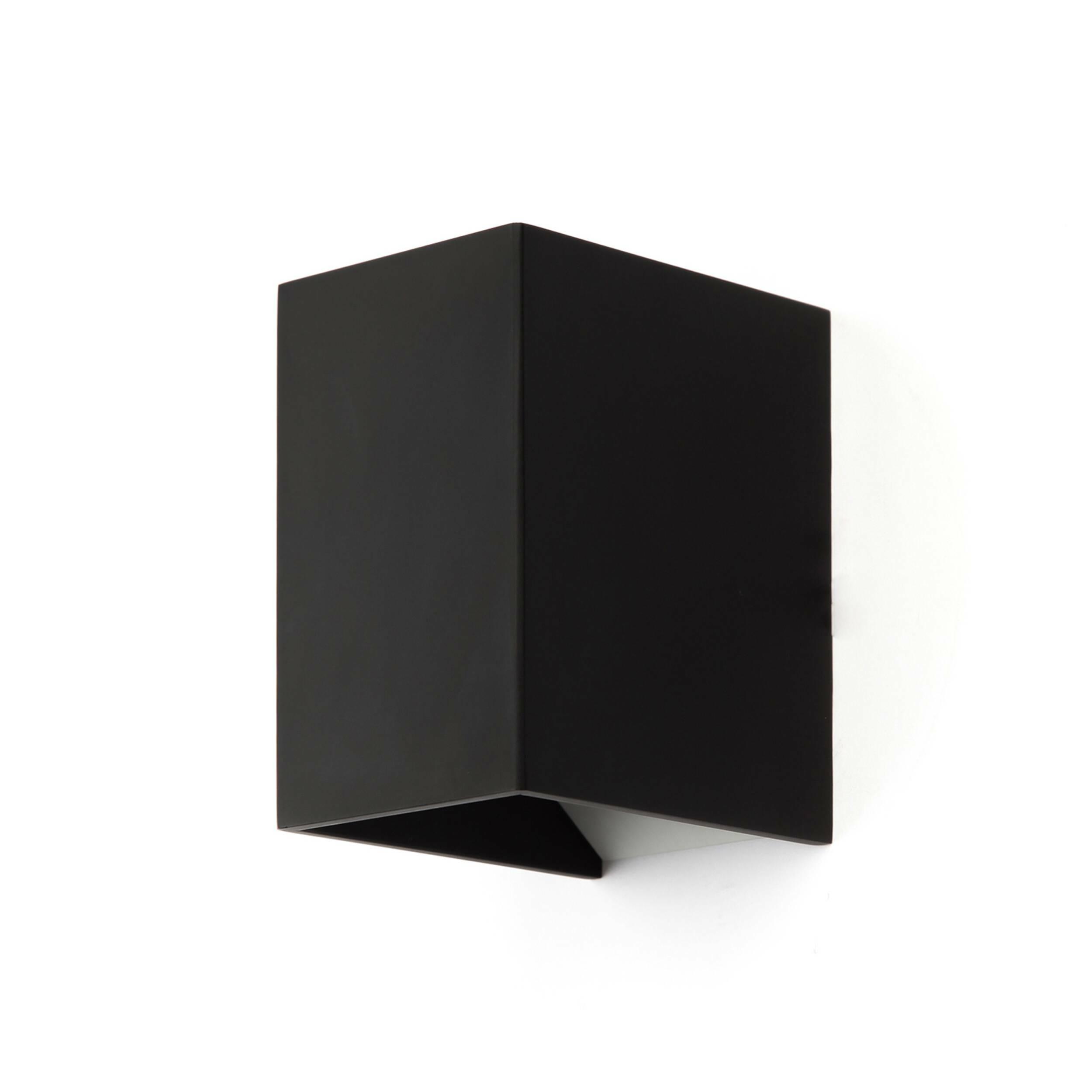 Настенный светильник Magic BoxНастенные<br>Настенный светильник Magic Box — это отличный предмет домашнего интерьера, который способен ненавязчиво подчеркнуть главные акценты дизайна и дополнить его правильной геометрической формой и стильными цветовыми решениями: матовый темно-серый или матовый белый. Светильник напоминает волшебную коробку фокусника, из которой вот-вот выпрыгнет кролик или выпорхнет голубь.<br><br><br> Целостный корпус светильника изготовлен из качественного алюминия, который гарантирует прочность и долговечность изде...<br><br>stock: 3<br>Высота: 11<br>Ширина: 9,3<br>Длина: 6,9<br>Материал абажура: Алюминий<br>Материал арматуры: Алюминий<br>Мощность лампы: 3<br>Ламп в комплекте: Нет<br>Напряжение: 220<br>Тип лампы/цоколь: LED<br>Цвет абажура: Черный матовый<br>Цвет арматуры: Черный матовый