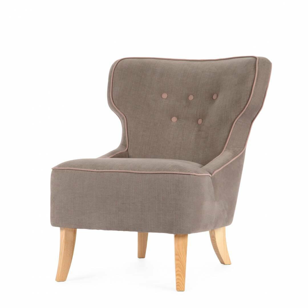 Кресло LisaИнтерьерные<br>Дизайнерское удобное кресло Lisa (Лиза) без подлокотников на деревянных ножках от Sits (Ситс).<br><br><br> На протяжении всей своей истории дизайнеры компании Sits создают настоящие шедевры мебельного искусства. Кресло Lisa — ярчайший пример их замечательных творений. Кресло выделяется своей удивительно удобной и элегантной формой: слегка изогнутые высокие ножки, широкая спинка и легкое цветовое оформление — все это в результате создает прекрасное место для полноценного отдыха.<br><br><br> Элегантные...<br><br>stock: 0<br>Высота: 79<br>Высота сиденья: 45<br>Ширина: 71<br>Глубина: 80<br>Цвет ножек: Беленый дуб<br>Материал обивки: Хлопок, Лен<br>Степень комфортности: Стандарт комфорт<br>Материал пуговиц: Хлопок, Лен<br>Цвет пуговиц: Розовый<br>Коллекция ткани: Категория ткани II<br>Тип материала обивки: Ткань<br>Тип материала ножек: Дерево<br>Цвет обивки: Светло-коричневый