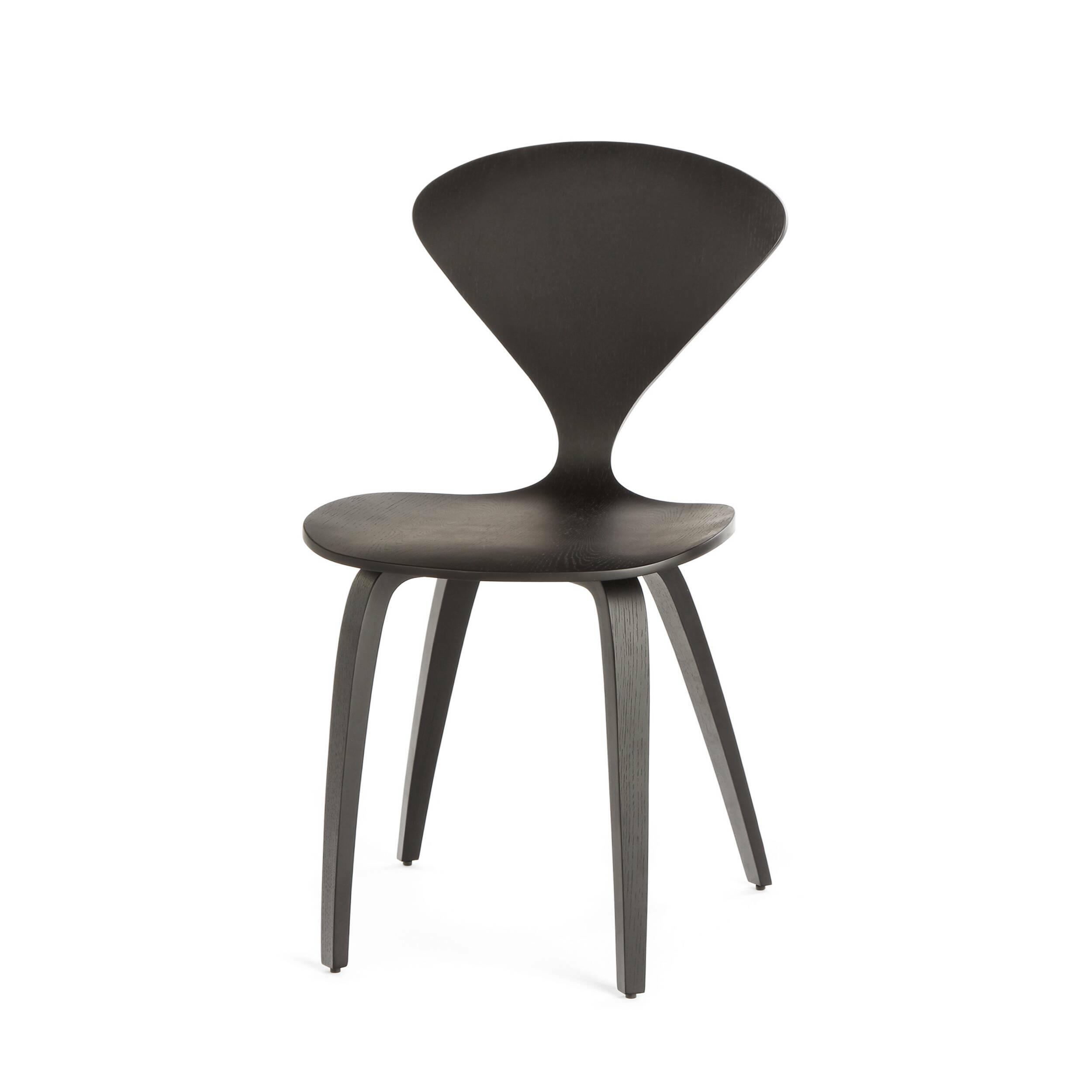 Стул ChernerИнтерьерные<br>Дизайнерский утонченный деревянный стул Cherner (Чернер) на тонких ножках без подлокотников от Cosmo (Космо).<br><br>     Американский дизайнер Норман Чернер с 1947 по 1949 год проработал в Музее современного искусства в Нью-Йорке, где досконально изучил труды идеологов баухауса, и в своих творениях решил следовать их заветам — создавать недорогую удобную мебель, которую мог бы себе позволить каждый. Он одним из первых стал применять фанеру — недорогой и легкий материал, и в 1958 году создал свой...<br><br>stock: 5<br>Высота: 81,5<br>Высота сиденья: 44,5<br>Ширина: 46<br>Глубина: 52<br>Материал каркаса: Фанера<br>Тип материала каркаса: Дерево<br>Цвет каркаса: Черный