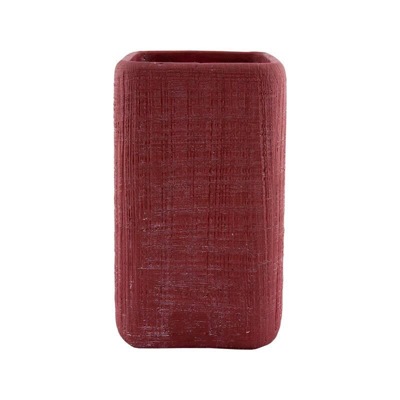 Ваза SMART (B208RD)Вазы<br>Артикул: B208RD. Современная и уютная керамическая ваза SMART гармонично впишется в минималистичный интерьер, подчеркивая его функциональность. Этот элегантный декор правильной прямоугольной формы со сглаженными углами выполнен в некричащем темно-красном цвете и украшен неровным орнаментом, будто вырезанным вручную перочинным ножом. Небольшой аксессуар будет уместен там, где необходимо оживить пространство – на стеллаже или консоли в гостиной, на журнальном столике в спальне или обеденном сто...<br><br>stock: 2<br>Высота: 22<br>Ширина: 13.5<br>Материал: Керамика<br>Цвет: Красный<br>Размер: 22 x 13.5
