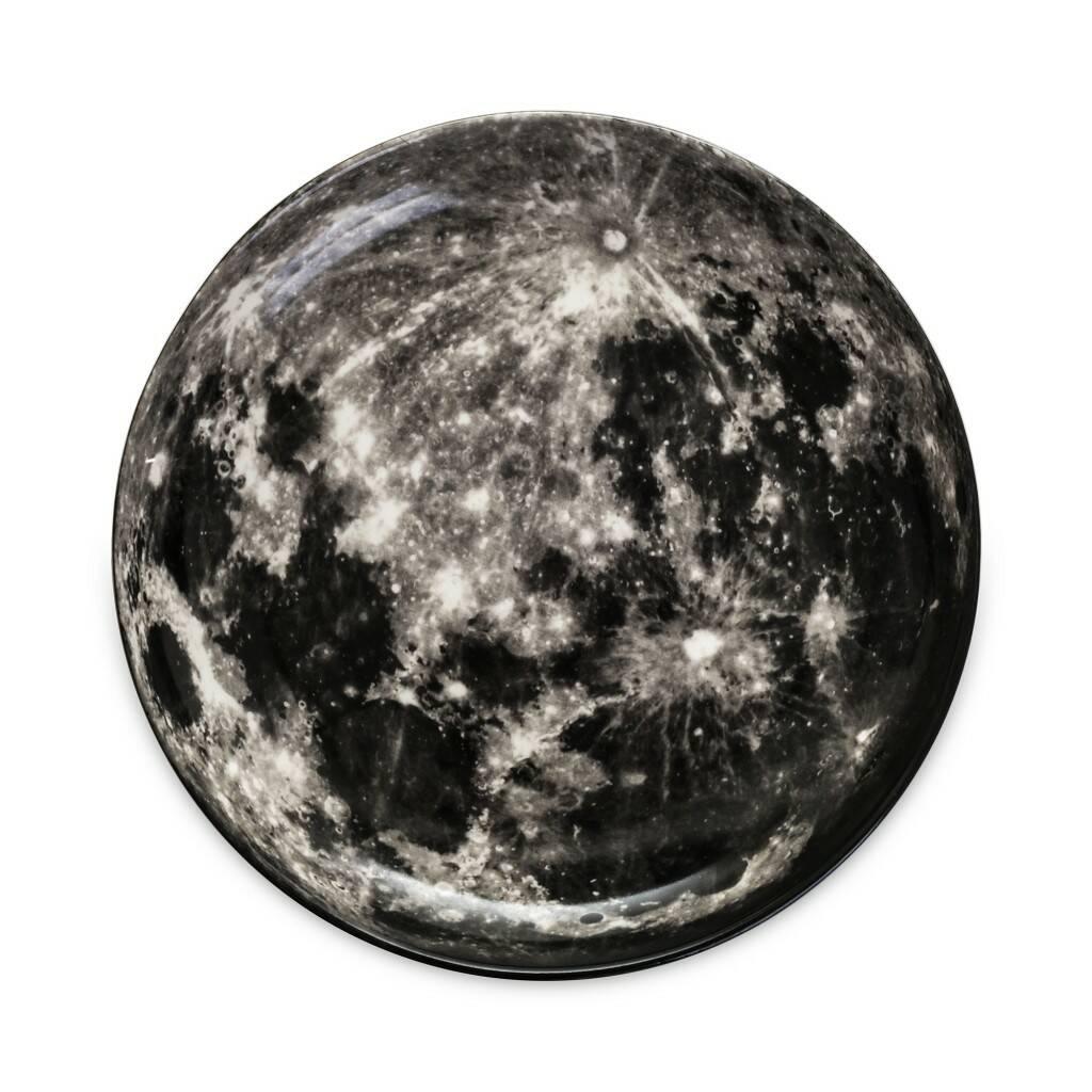 Тарелка MoonПосуда<br>Перенесите свой обеденный стол в далекие и неизведанные уголки Вселенной вместе коллекцией посуды от Seletti. Данная коллекция разработана совместно с компанией Diesel, которая успешно создает свои тренды не только в области производства одежды, но интерьера. <br> <br> В соотношении с целой Вселенной обеденная зона — это крохотный уголок, но с коллекцией Cosmic Dinner это вовсе не так. Эти модные планетарные тарелки будто расширяют границы возможного и приглашают всю Вселенную к вам на обед...<br><br>stock: 2<br>Высота: 3,5<br>Материал: Фарфор<br>Цвет: Серо-черный<br>Диаметр: 30
