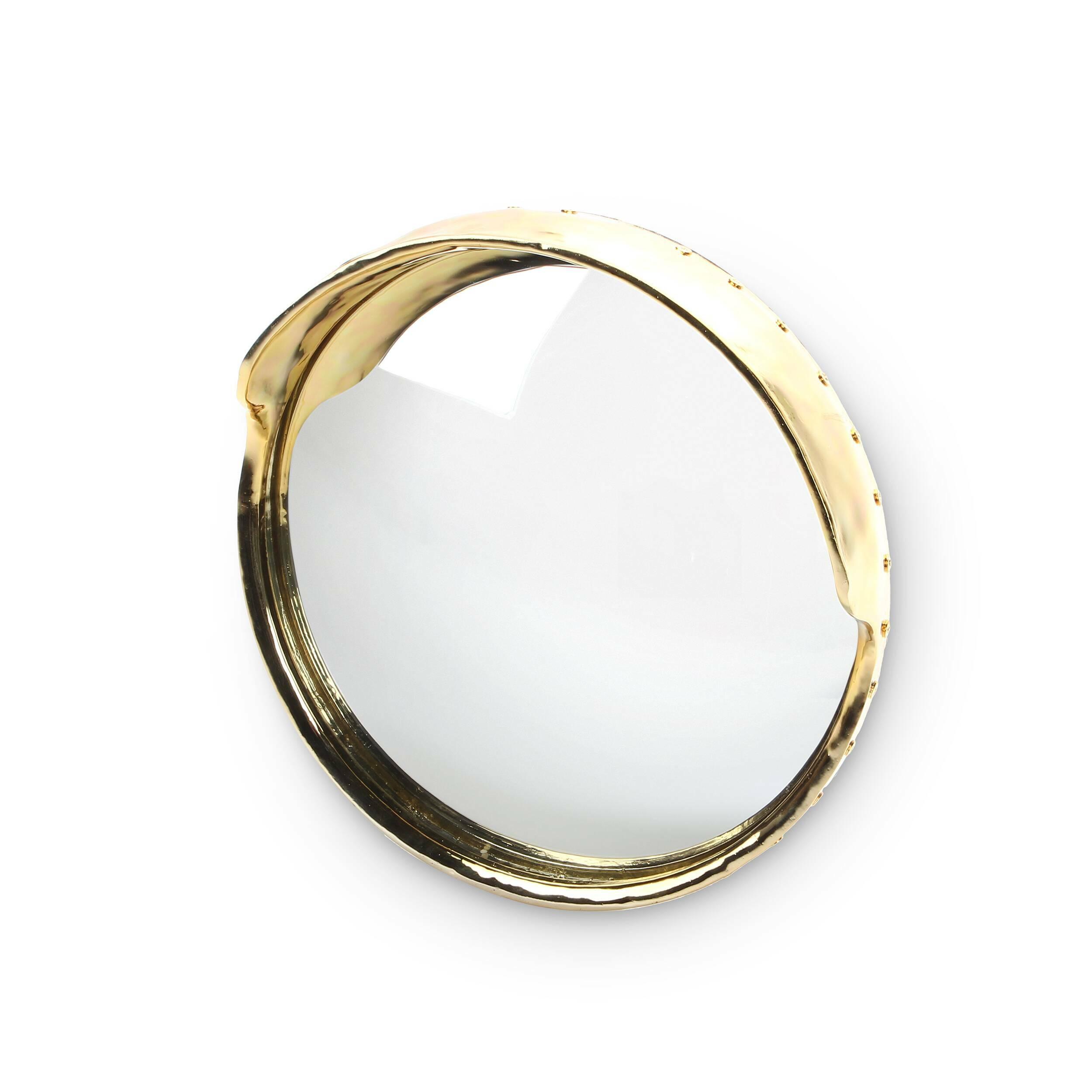 Зеркало FocalizeНастенные<br>Коллекция декора от бюро Selab и дизайнера Алессандро Дзамбелли для компании Seletti — это своего рода крик дизайнеров о том, что взгляд на привычные вещи пора наконец менять. Один из элементов коллекции, зеркало Focalize, как раз и опровергает все стандарты изготовления зеркал. Его форма напоминает дверной глазок или зеркала в супермаркетах, но материал, из которого изготовлена рама, — крайне необычный выбор. Она изготовлена из фарфора с золотым покрытием. <br> <br> Из-за выпуклой формы зерка...<br><br>stock: 0<br>Материал: Стекло<br>Диаметр: 41