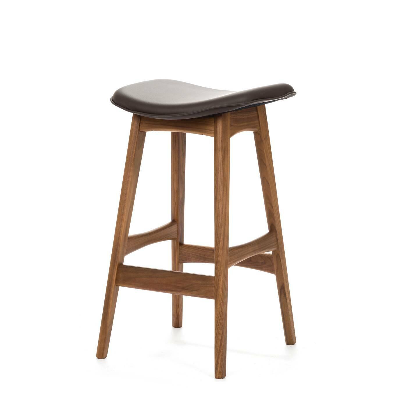 Барный стул Allegra высота 67Полубарные<br>Первоначально разработанный Йоханнесом Андерсеном в 1961 году, барный стул Allegra высота 67 — простое, но шикарное дополнение к любому дому или офису. С сиденьем, находящимся на уровне 76 сантиметров, этот стильный стул практичен и современен.<br><br><br> Высококачественная рама барного стула Allegra высота 67 выполнена из ореха, а сиденье — из мягкой кожи, которую к тому же легко чистить. Сиденье шириной 40 сантиметров подстроено под анатомические линии тела. Красное, белое и черное цветовое...<br><br>stock: 0<br>Высота: 66,5<br>Ширина: 40<br>Глубина: 38,5<br>Цвет ножек: Орех<br>Материал ножек: Массив ореха<br>Цвет сидения: Черный<br>Тип материала сидения: Кожа<br>Тип материала ножек: Дерево