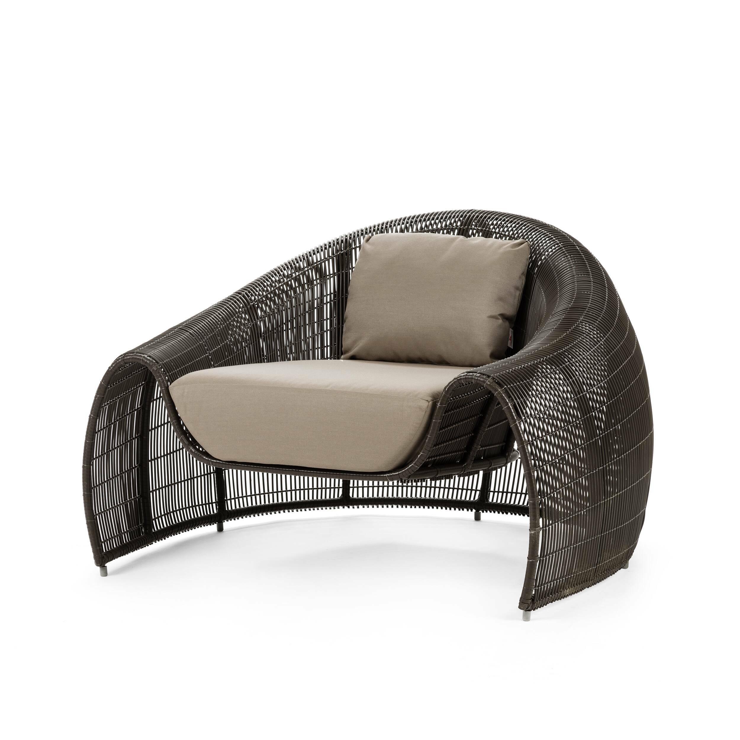Кресло CroissantУличная мебель<br>Дизайнерское серое кресло Croissant (Круассан) из ротанга с мягким сиденьем от Kenneth Cobonpue (Кеннет Кобонпу)<br><br><br> Филиппинский дизайнер Кеннет Кобунпу — непревзойденный мастер сочетания натуральных природных материалов с современными технологиями.<br><br><br> Пологий склон спинки оригинального кресла Croissant, плавно переходящий в подлокотники, по форме напоминает полумесяц и как будто располагает к тому, чтобы принять расслабленную позу и предаться мечтательным размышлениям о прекрасном ...<br><br>stock: 0<br>Высота: 68<br>Ширина: 103<br>Глубина: 95<br>Сфера использования: Уличное использование<br>Материал каркаса: Ротанг искусственный<br>Материал обивки: Нейлон<br>Тип материала каркаса: Полиэтилен<br>Тип материала обивки: Ткань<br>Цвет обивки: Серый<br>Цвет каркаса: Темно-коричневый