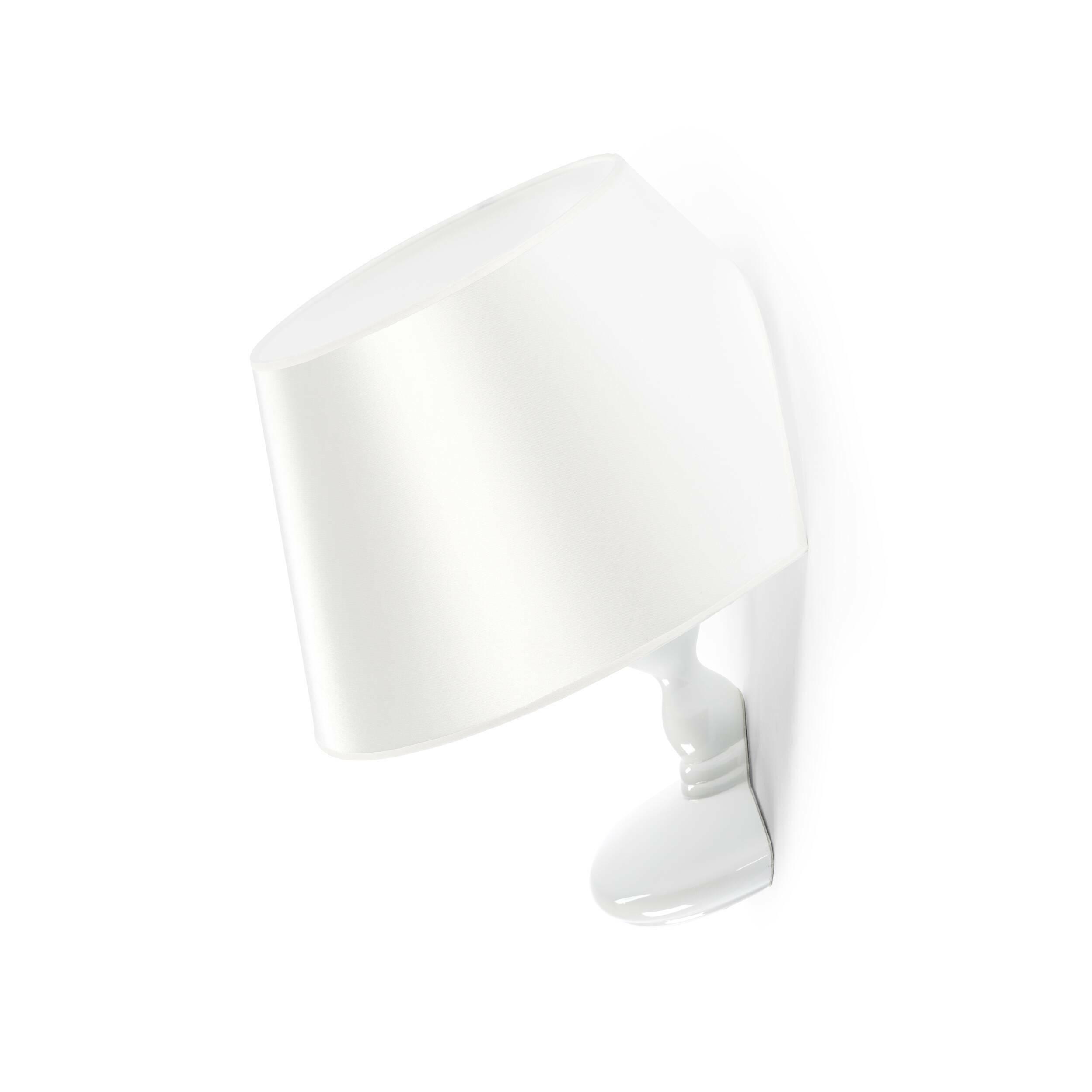 Настенный светильник TitanicНастенные<br>Эта лампа – модель дизайнерского светильника, появившегося в результате сотрудничества Чарльза Тревельяна и Carpenters Workshop Gallery. Сам Чарльз говорит о своем творении так: Я специально не стал отклоняться от классической формы настольного светильника, ведь именно таким мы его обычно и представляем. Дальше я стал играть с этим традиционным представлением, ведь мебели не обязательно иметь традиционные формы. Мы думаем, что у стула должно быть 4 ножки, полки обязаны быть плоскими, а о...<br><br>stock: 0<br>Высота: 46<br>Ширина: 39<br>Количество ламп: 1<br>Материал абажура: Ткань<br>Материал арматуры: Стеклопластик<br>Ламп в комплекте: Нет<br>Напряжение: 220<br>Тип лампы/цоколь: E27<br>Цвет абажура: Белый