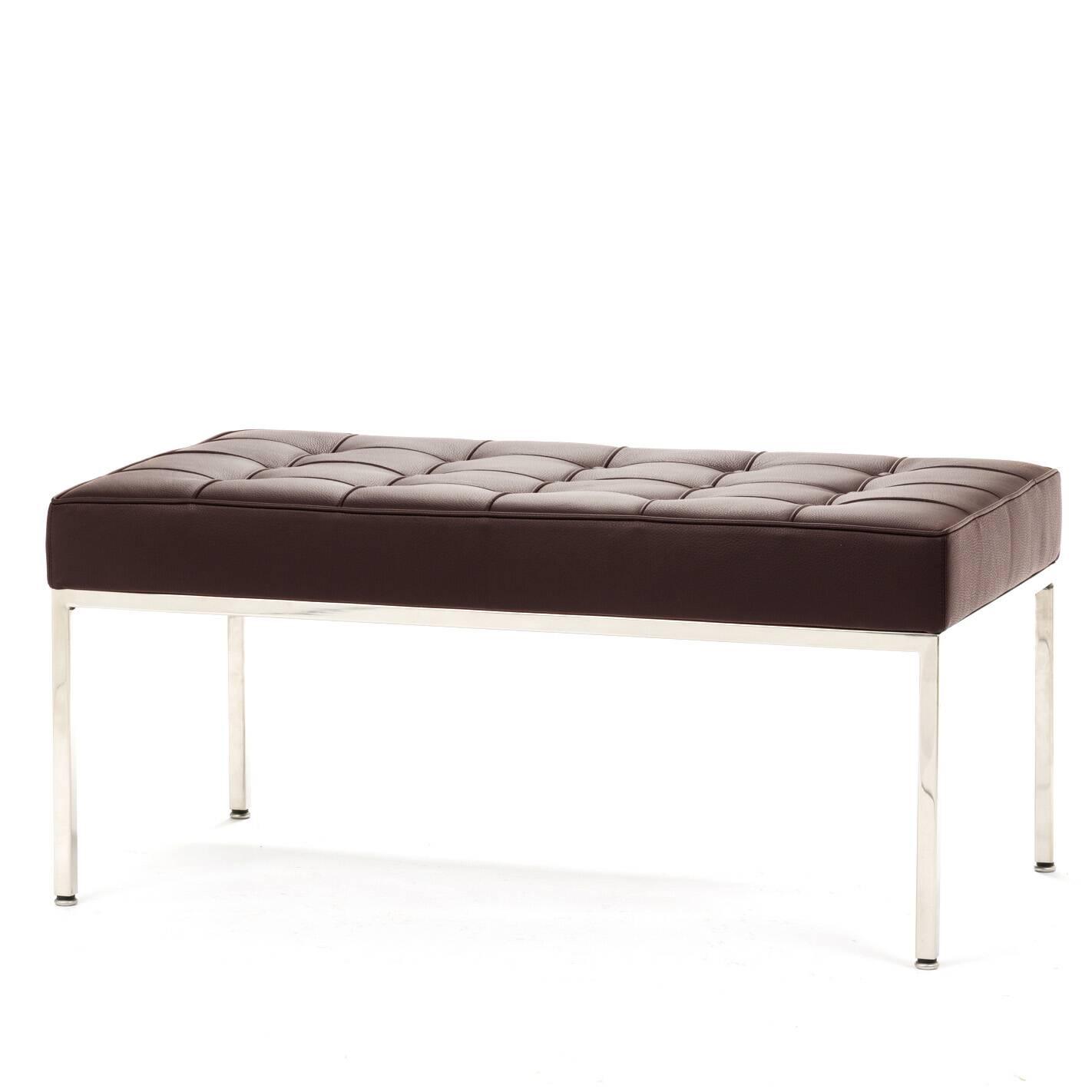 Скамья Florence кожаная ширина 93Скамьи и лавочки<br>Универсальная коллекция Florence включает в себя кресло для отдыха, диван, двухместную и трехместную скамьи.<br><br><br> Как и многие инновационные проекты, ставшие позже золотым стандартом мебельной промышленности, скамья Florence кожаная ширина 93 характеризуется объективным перфекционизмом современного дизайна и архитектуры середины XX столетия.<br><br><br> Скамья Florence кожаная ширина 93 состоит из отличных, индивидуально сшитых квадратов обивки, приложенной к хромированной стальной конструкци...<br><br>stock: 0<br>Высота: 43<br>Ширина: 93<br>Глубина: 50,5<br>Цвет ножек: Хром<br>Цвет сидения: Коричневый<br>Тип материала сидения: Кожа<br>Тип материала ножек: Сталь нержавеющая