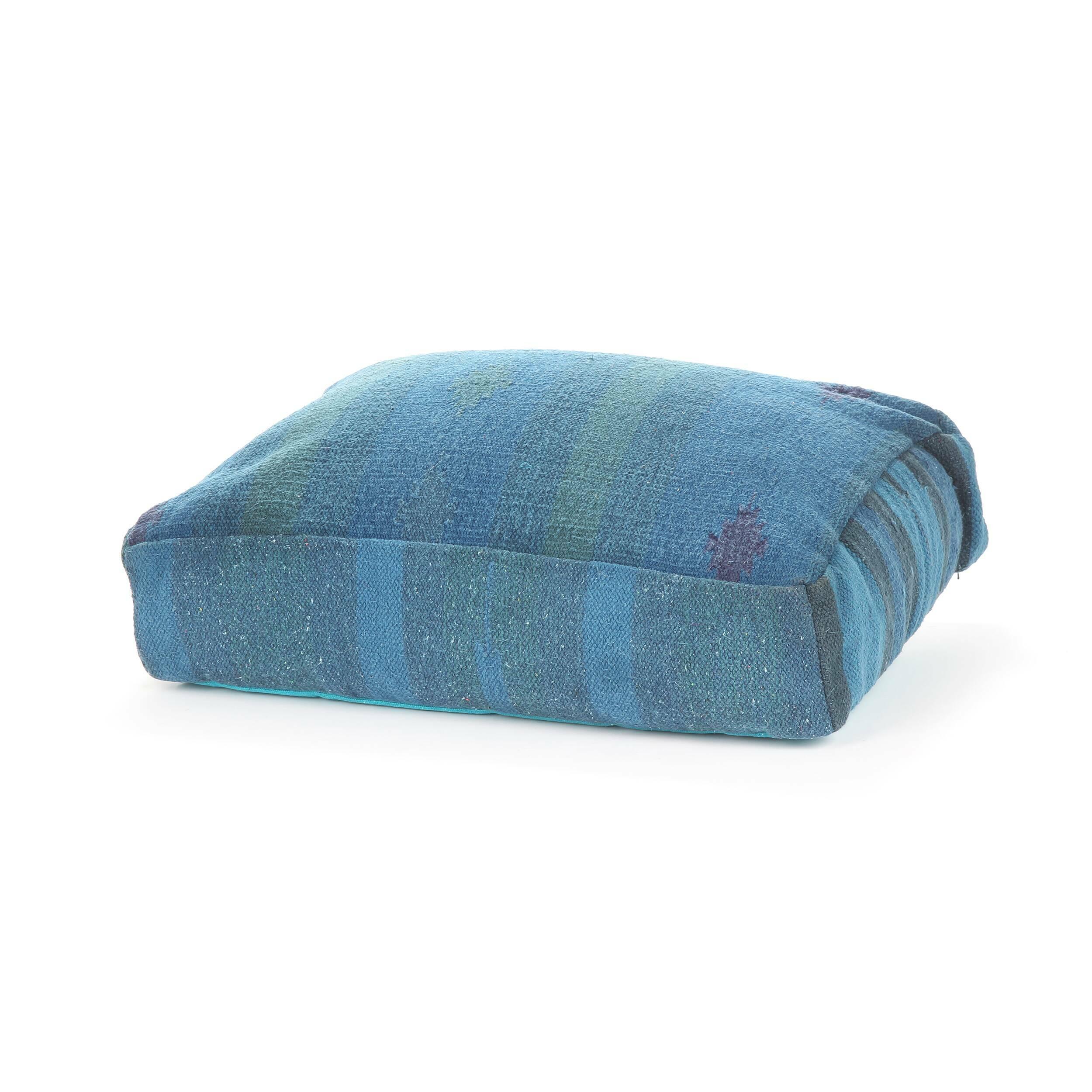 Подушка AnatoliaДекоративные подушки<br>Дизайнерская хлопковая подушка Anatolia (Анатолия) ручного производства от Cosmo (Космо).<br><br> Среди многообразия современных стилей порой так хочется найти тот, что будет созвучным с собственным характером, отражающим вашу индивидуальность и создающим в интерьере ощущение комфорта и естественности. Этим, вероятно, и объясняется популярность этнического стиля в оформлении интерьера.<br><br><br> С помощью декоративной подушки Anatolia легко создать уютную атмосферу экзотической страны. Оригинальная...<br><br>stock: 11<br>Высота: 15<br>Ширина: 45<br>Материал: Хлопок<br>Цвет: Голубой<br>Длина: 60<br>Тип производства: Ручное производство