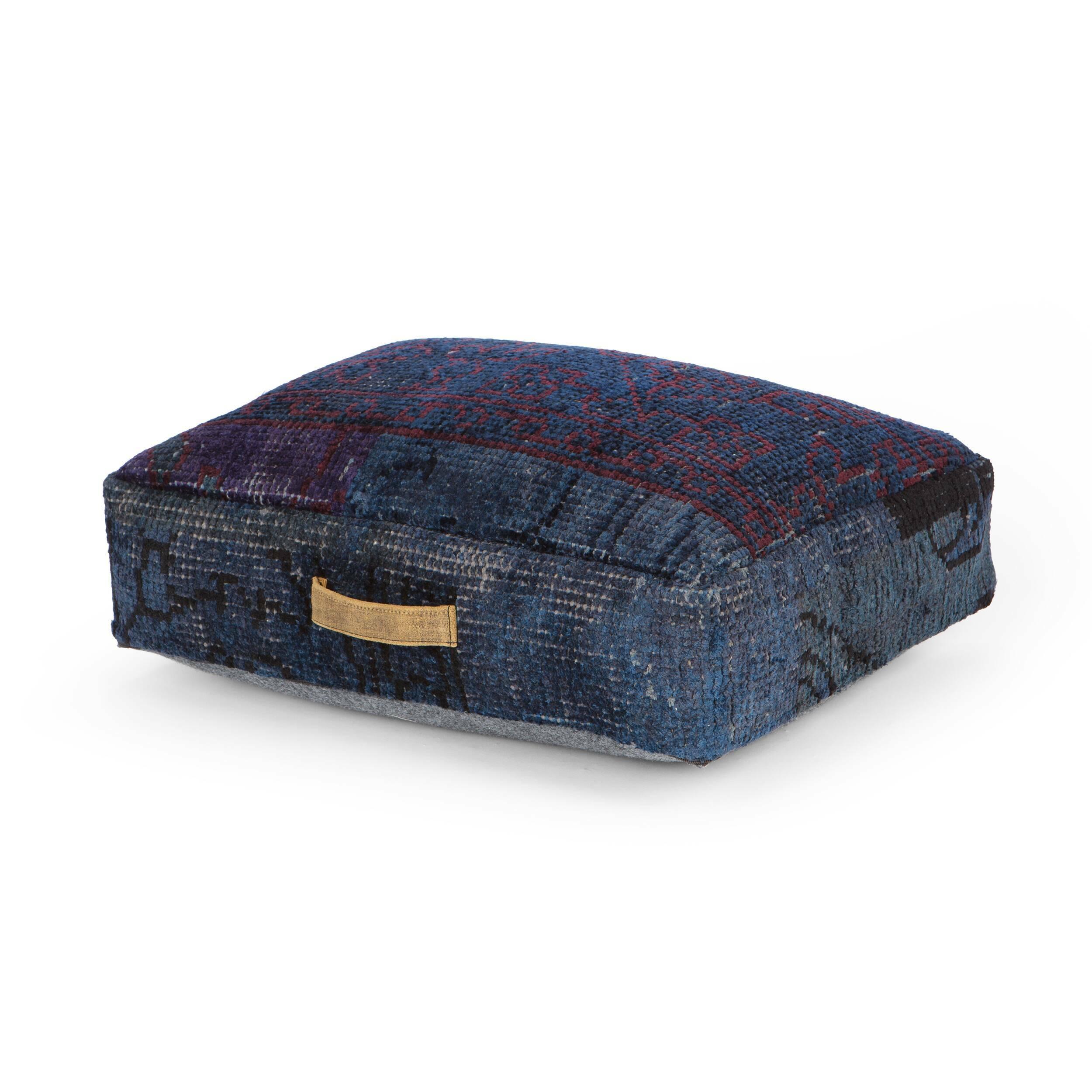 Подушка KashiДекоративные подушки<br>Материал, из которого изготовлена подушка Kashi, — вискоза, невероятно мягкая на ощупь гипоаллергенная ткань. Она отлично окрашивается и долгое время не теряет первоначального цвета, что делает изделия практичными и красивыми. <br><br> Квадратная и прямоугольная подушки подходят для декорирования темных тканевых диванов в стиле лофт. Каждая из них изготовлена вручную, поэтому выбрав для себя их, вы приобретаете подлинную работу искусных мастеров. <br><br><br> На прямоугольной подушке есть тонкая ручк...<br><br>stock: 14<br>Высота: 15<br>Ширина: 45<br>Материал: Вискоза<br>Цвет: Тёмно-синий<br>Высота ворса: 3-4mm<br>Длина: 60<br>Тип производства: Ручное производство
