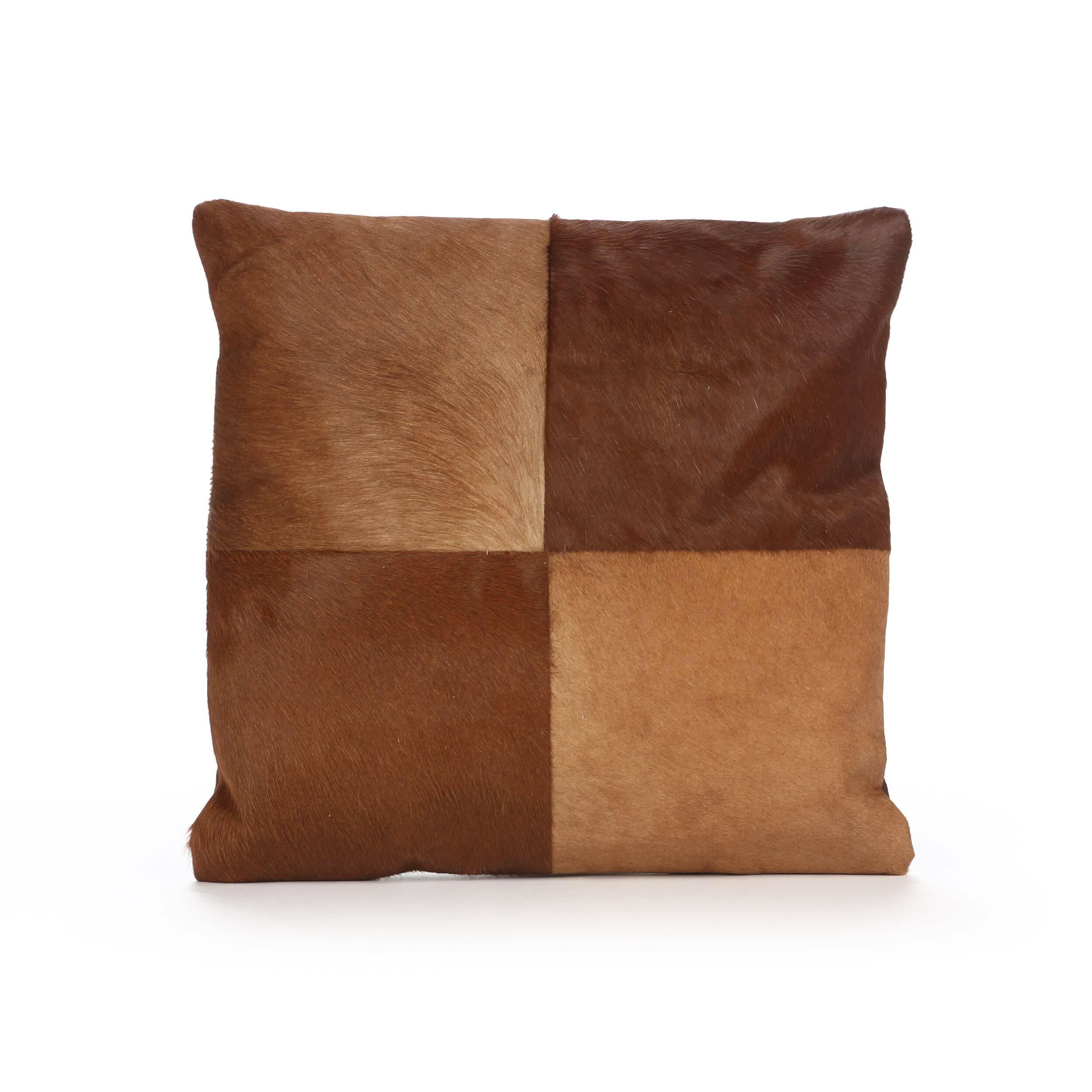 Подушка OxfordДекоративные подушки<br>Дизайнерская подушка Oxford (Оксфорд) ручного производтсва из шкуры от Cosmo (Космо).<br>Порой совсем недостаточно обставить ваше жилище одной лишь мебелью, для того чтобы оно был стильным и презентабельным. Лишь дополнительные штрихи в виде декора завершают облик и придают ему неповторимый характер.<br><br> Оригинальная подушка Oxford в этом смысле отличный инструмент, с помощью которого можно расставить акценты и дополнить дизайн интерьера. Изделие из натуральной шкуры коровы представлено в двух ...<br><br>stock: 0<br>Ширина: 45<br>Материал: Шкура<br>Цвет: Коричневый<br>Длина: 45<br>Состав основы: Кожа<br>Тип производства: Ручное производство