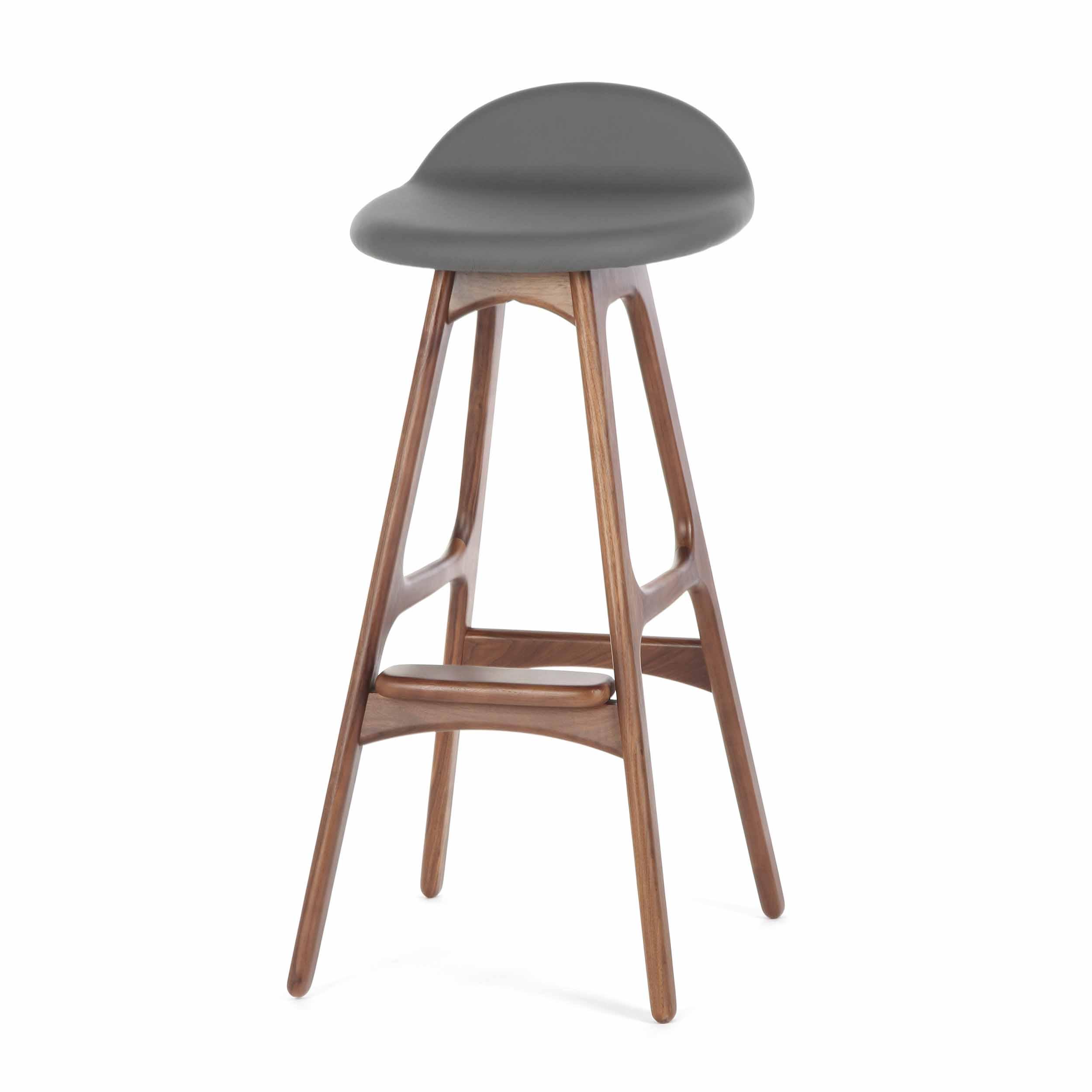 Барный стул Buch 3Барные<br>Дизайнерский барный стул Buch (Буш) без подлокотников на деревянных ножках от Cosmo (Космо).<br> Высокий барный стул Buch 3 создан еще в 1960 году дизайнером Эриком Буком, который посвятил всю свою жизнь дизайну и архитектуре. У Эрика Бука было свыше 30 коммерчески успешных дизайн-проектов, среди которых самым успешным стал именно этот барный стул, который нашел свое место в миллионах домов по всему миру. Сегодня же стулья, сконструированные Эриком Буком, по-прежнему производятся на фабриках в...<br><br>stock: 32<br>Высота: 85,5<br>Высота сиденья: 75<br>Ширина: 40<br>Глубина: 45<br>Цвет ножек: Орех<br>Материал ножек: Массив ореха<br>Материал сидения: Полиуретан<br>Цвет сидения: Темно-серый<br>Тип материала сидения: Кожа искусственная<br>Коллекция ткани: Premium Grade PU<br>Тип материала ножек: Дерево