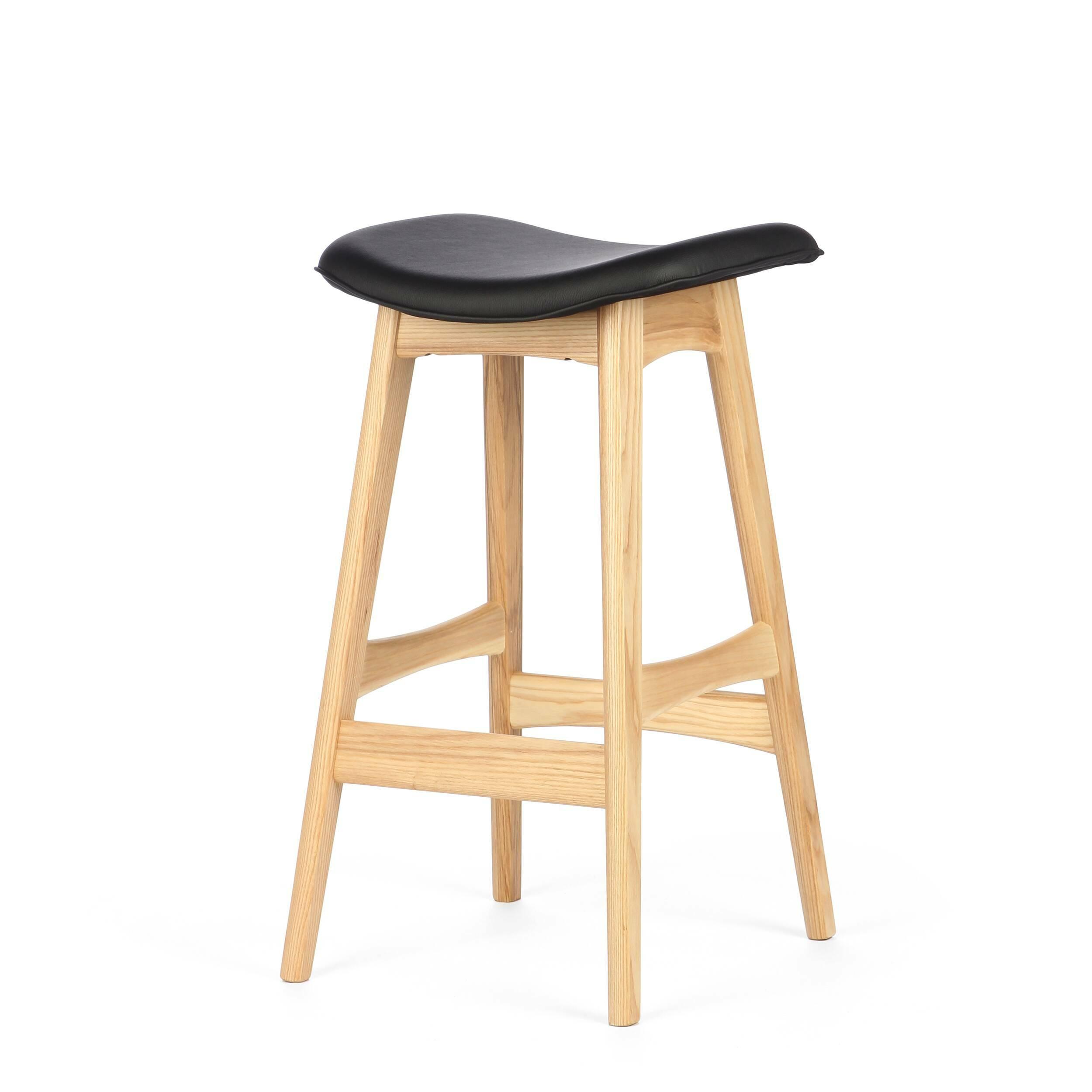Барный стул Allegra высота 67Полубарные<br>Первоначально разработанный Йоханнесом Андерсеном в 1961 году, барный стул Allegra высота 67 — простое, но шикарное дополнение к любому дому или офису. С сиденьем, находящимся на уровне 76 сантиметров, этот стильный стул практичен и современен.<br><br><br> Высококачественная рама барного стула Allegra высота 67 выполнена из ореха, а сиденье — из мягкой кожи, которую к тому же легко чистить. Сиденье шириной 40 сантиметров подстроено под анатомические линии тела. Красное, белое и черное цветовое...<br><br>stock: 8<br>Высота: 66,5<br>Ширина: 40<br>Глубина: 38,5<br>Цвет ножек: Светло-коричневый<br>Материал ножек: Массив ясеня<br>Материал сидения: Полиуретан<br>Цвет сидения: Черный<br>Тип материала сидения: Кожа искусственная<br>Коллекция ткани: Premium Grade PU<br>Тип материала ножек: Дерево