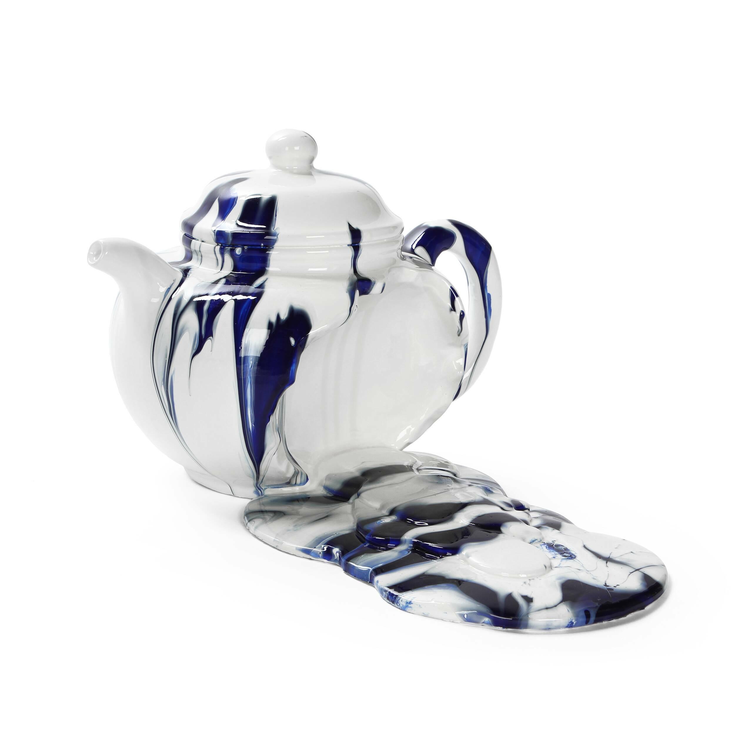 Статуэтка Cracked 2Настольные<br>Дизайнерская бело-голубая статуэтка разбитого чайника Cracked (Кракт) из полистоуна от Cosmo (Космо).<br><br><br> Декорирование своего жилища — это чрезвычайно увлекательное и интересное занятие, которое поможет не только выразить себя и свои эмоции в украшении дома, но и создать именно ту обстановку и атмосферу, о которой вы мечтали. Украшению подлежат не только гостиные и спальные комнаты, но и такие помещения, как столовая комната и кухня. Именно для них больше всего подходит представленная зде...<br><br>stock: 6<br>Высота: 17,5<br>Ширина: 24<br>Материал: Полистоун<br>Цвет: Белый<br>Длина: 31,5<br>Цвет дополнительный: Голубой