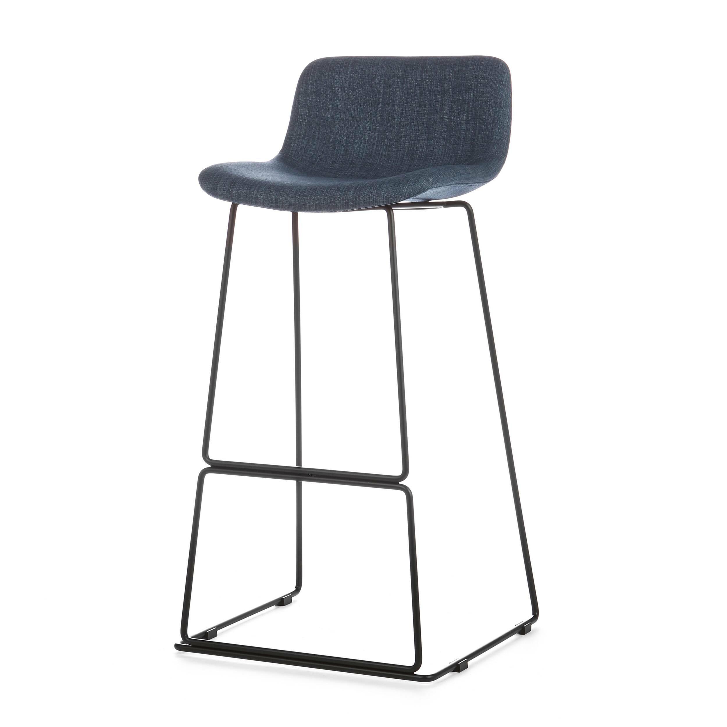 Барный стул Neo с мягкой обивкойБарные<br>Дизайнерский высокий барный стул Neo (Нео) с мягкой обивкой на стальных ножках от Cosmo (Космо). <br><br> Модель барного стула Neo с мягкой обивкой, основанная на оригинальных разработках шведского дизайнера Фредрика Маттсона, очаровывает с первого взгляда. Строение модели строго минималистичное. И в то же время универсальные цвета и геометрические формы со сглаженными углами замечательно впишутся в интерьерные композиции деревенского или конструктивного стиля, а также в некоторые интерпретации ...<br><br>stock: 0<br>Высота: 77<br>Высота спинки: 45<br>Ширина: 48,5<br>Глубина: 53,5<br>Цвет ножек: Черный<br>Цвет сидения: Синий<br>Тип материала сидения: Ткань<br>Тип материала ножек: Сталь