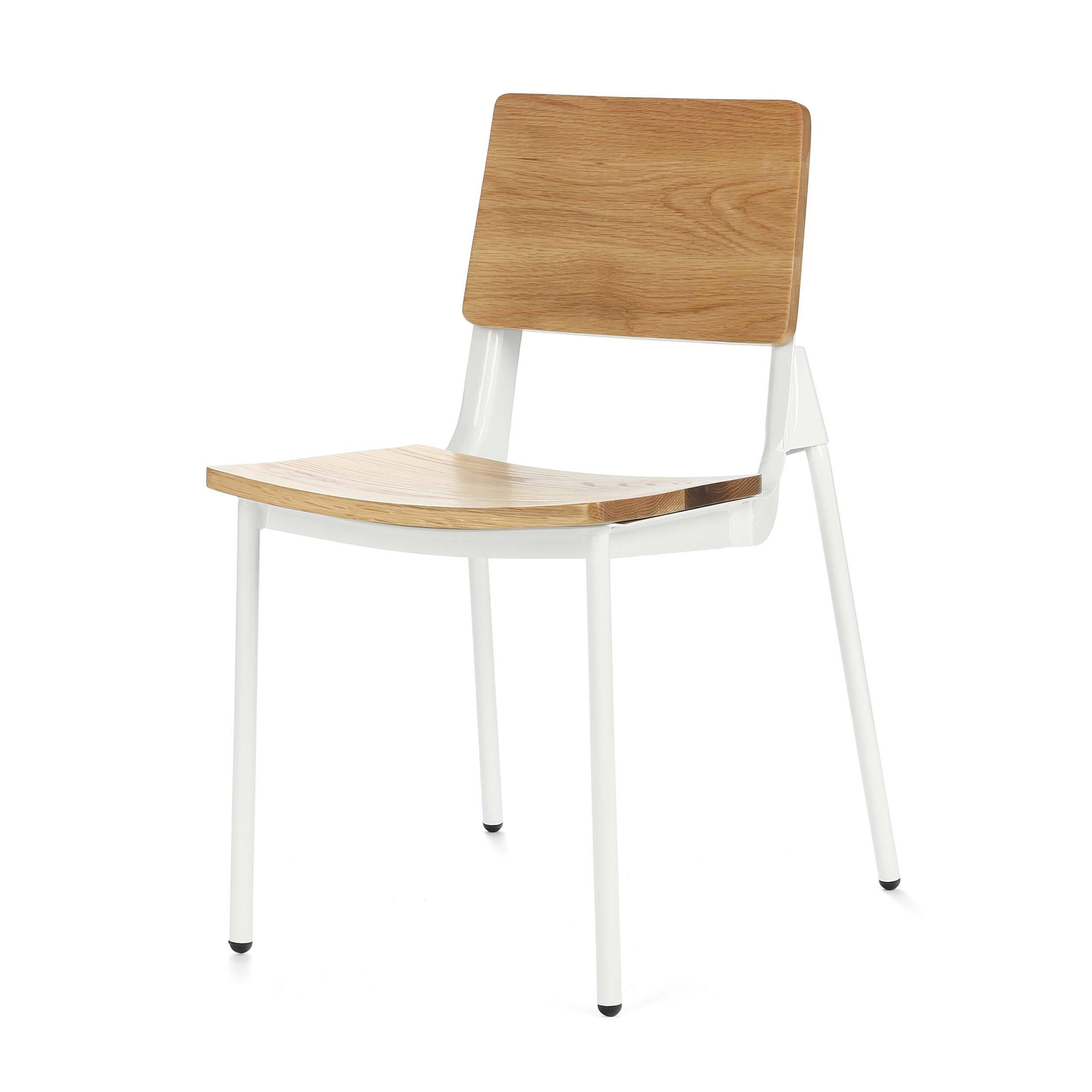 Стул JoniИнтерьерные<br>Дизайнерский стул Joni (Джони) на стальном каркасе с сиденьем и спинкой из дерева от Cosmo (Космо).<br>В погоне за новаторством нередко случается и возврат к истокам. Ведь классика — это не издержки прошлого, а благородная традиция.<br> <br> Стул Joni — это дизайнерский стул, скомбинированный из традиционных атрибутов этого типа изделия, а также пары свежих штрихов. <br> Модель стула представляет собой классическую конструкцию ученического стула, схожую по дизайну и материалам. Нового в нем — две зад...<br><br>stock: 27<br>Высота: 80<br>Ширина: 46<br>Глубина: 52<br>Тип материала каркаса: Сталь<br>Материал сидения: Массив дуба<br>Цвет сидения: Дуб<br>Тип материала сидения: Дерево<br>Цвет каркаса: Белый