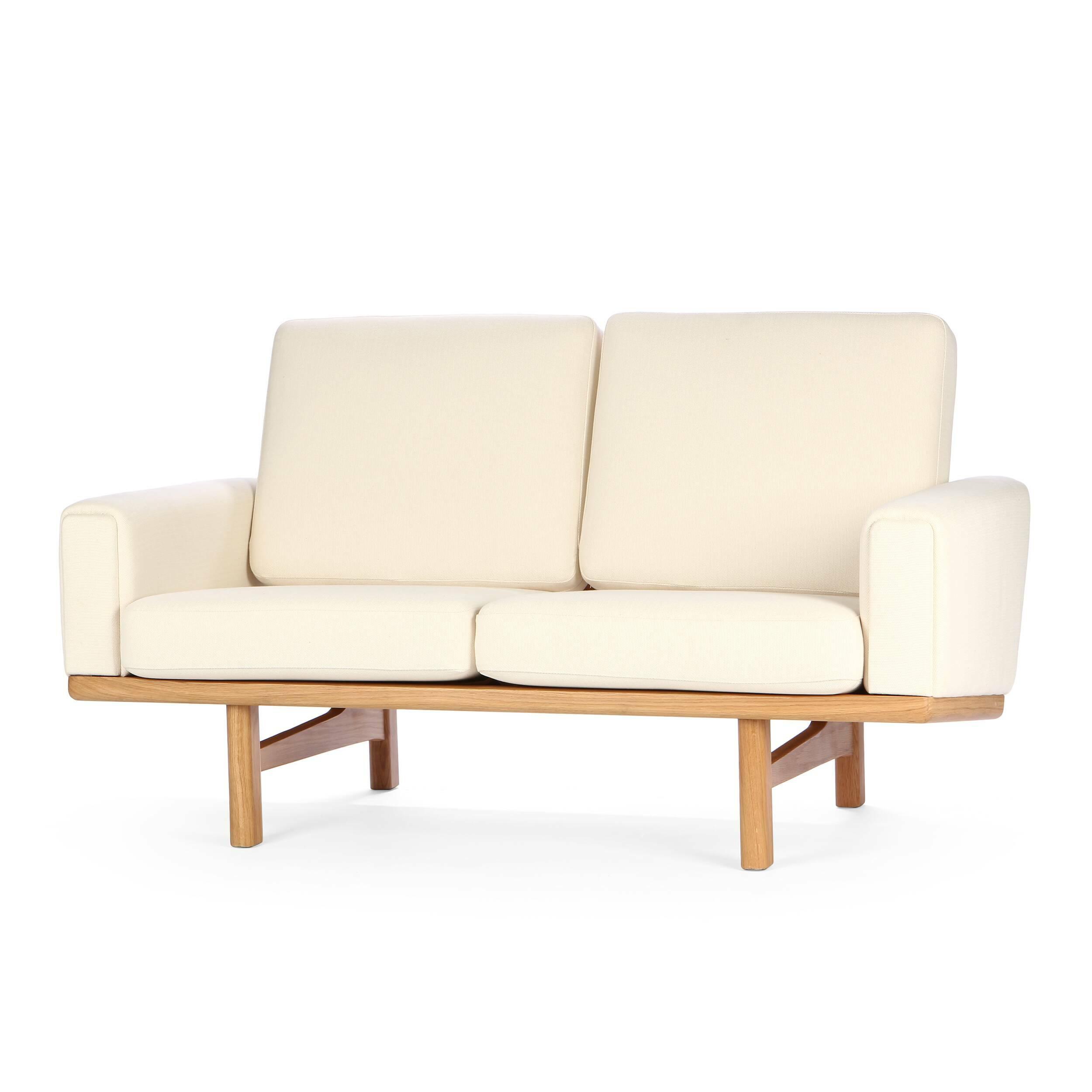Диван Wegner 236 длина 149,5Двухместные<br>Дизайнерский cтильный диван Wegner (Вегнер) 236 длина 149,5 из ткани на деревянных ножках от Cosmo (Космо).<br><br>Диван Wegner 236 длина 149,5 является работой известнейшего датского дизайнера-проектировщика Ханса Вегнера. Проекты автора известны всему миру, многие из них используются в разного рода важных событиях, например, в серьезных телевизионных передачах. Диван Wegner носит яркий авторский почерк, отличается оригинальным, но простым дизайном.<br><br> Оригинальные проекты Ханса Вегнера созд...<br><br>stock: 0<br>Высота: 80<br>Высота сиденья: 40<br>Глубина: 86<br>Длина: 149,5<br>Материал каркаса: Массив дуба<br>Материал обивки: Хлопок<br>Тип материала каркаса: Дерево<br>Коллекция ткани: Charles Fabric<br>Тип материала обивки: Ткань<br>Цвет обивки: Кремовый<br>Цвет каркаса: Дуб