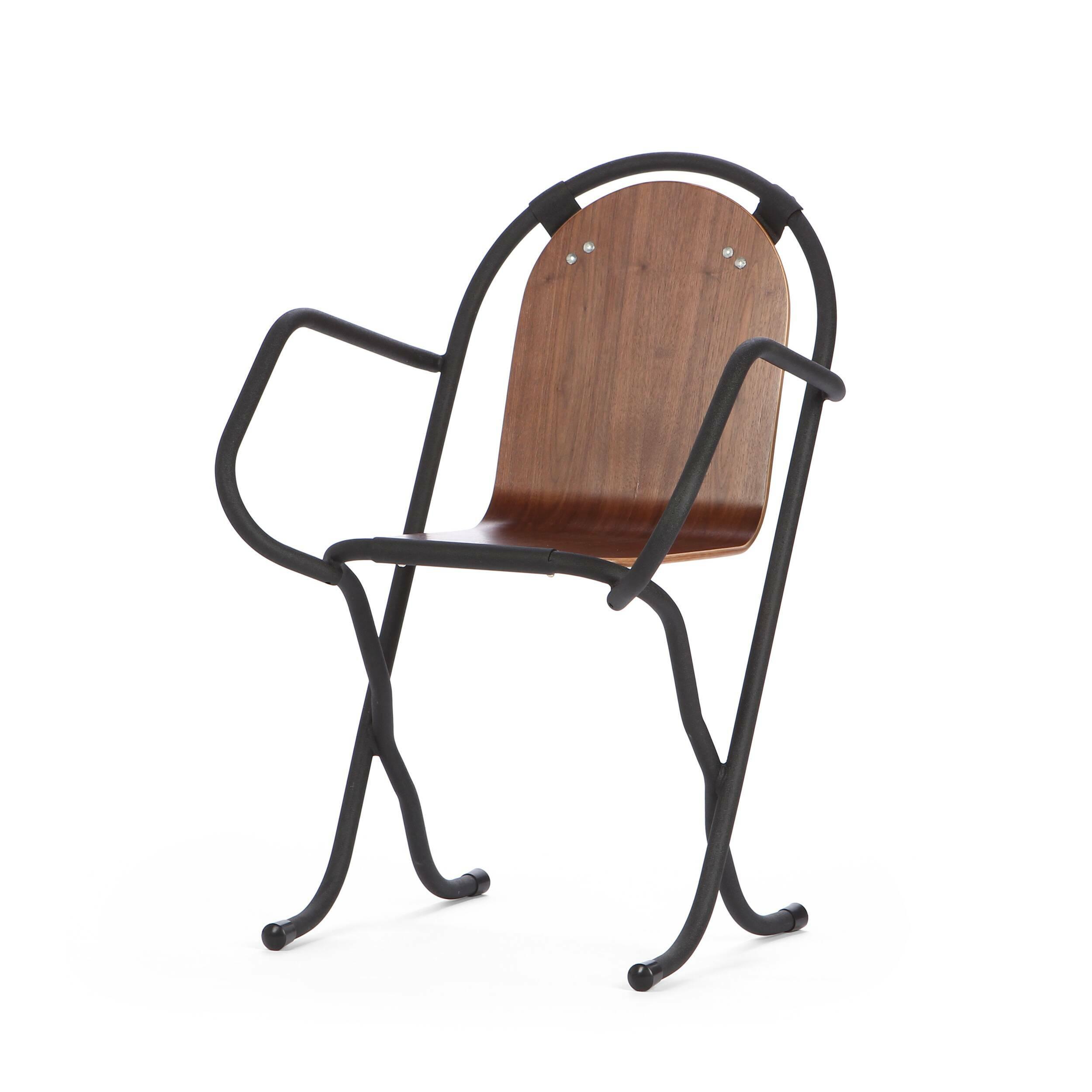 Стул LoweИнтерьерные<br>Дизайнерский креативный темный стул Lowe (Лёв) на стальном каркасе с сиденьем и спинкой из массива ореха в скандинавском стиле от Cosmo (Космо).<br>Скандинавский интерьер — практичный, в нем много света и свободного пространства. Мебель в светлых тонах как раз то, что является постоянной составляющей интерьеров в скандинавском стиле. Не менее важно, чтобы она изготавливалась из натуральных материалов. Как бы люди не увлекались созданием новых синтетических изделий, наиболее уютно им среди приро...<br><br>stock: 16<br>Высота: 83<br>Ширина: 58<br>Ширина сиденья: 43.5<br>Глубина: 52.5<br>Тип материала каркаса: Сталь<br>Материал сидения: Фанера, шпон ореха<br>Цвет сидения: Орех<br>Тип материала сидения: Дерево<br>Цвет каркаса: Чёрный гофрированый