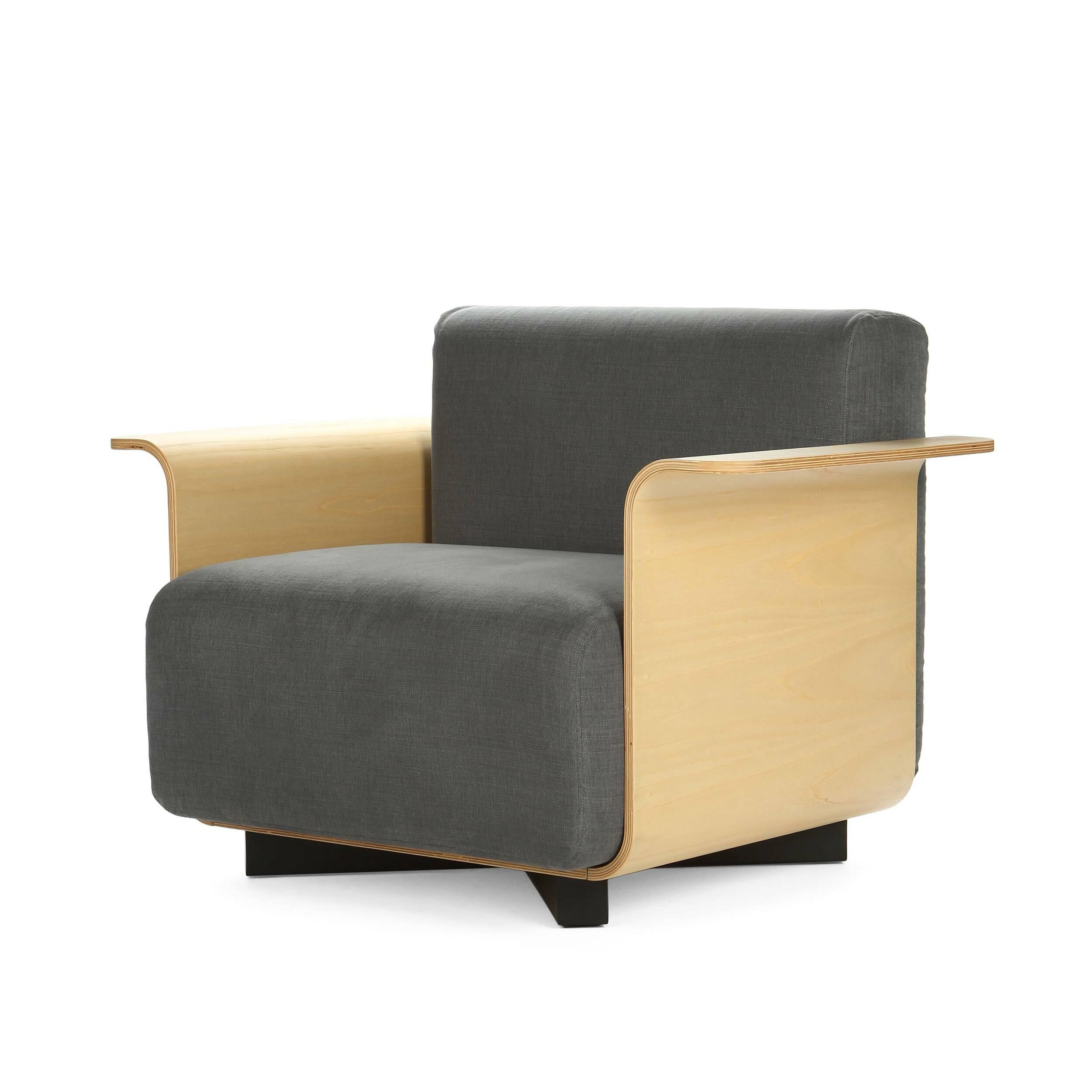 Кресло PebbleИнтерьерные<br>Дизайнерское серое кресло Pebble (Пебл) со стальными ножками и деревянными полокотниками от Cosmo <br><br>Подбирая мебель для небольшой гостиной, важно экономить каждый сантиметр. Громоздкие мягкие тройки порой сильно загромождают помещение, делают его тесным и безвкусным. Однако они не всегда являются необходимостью. Ориентируясь на размер, выберите для себя кресло Pebble — невероятно удобное и компактное.<br> <br> Дизайн кресла Pebble выполнен в привычном современном стиле. Все детали и материалы...<br><br>stock: 2<br>Высота сиденья: 41<br>Ширина: 100<br>Глубина: 53<br>Цвет ножек: Черный<br>Материал каркаса: Фанера, шпон дуба<br>Материал обивки: Хлопок, Лен<br>Тип материала каркаса: Фанера<br>Коллекция ткани: Ray Fabric<br>Тип материала обивки: Ткань<br>Тип материала ножек: Сталь<br>Цвет обивки: Серый<br>Цвет каркаса: Дуб