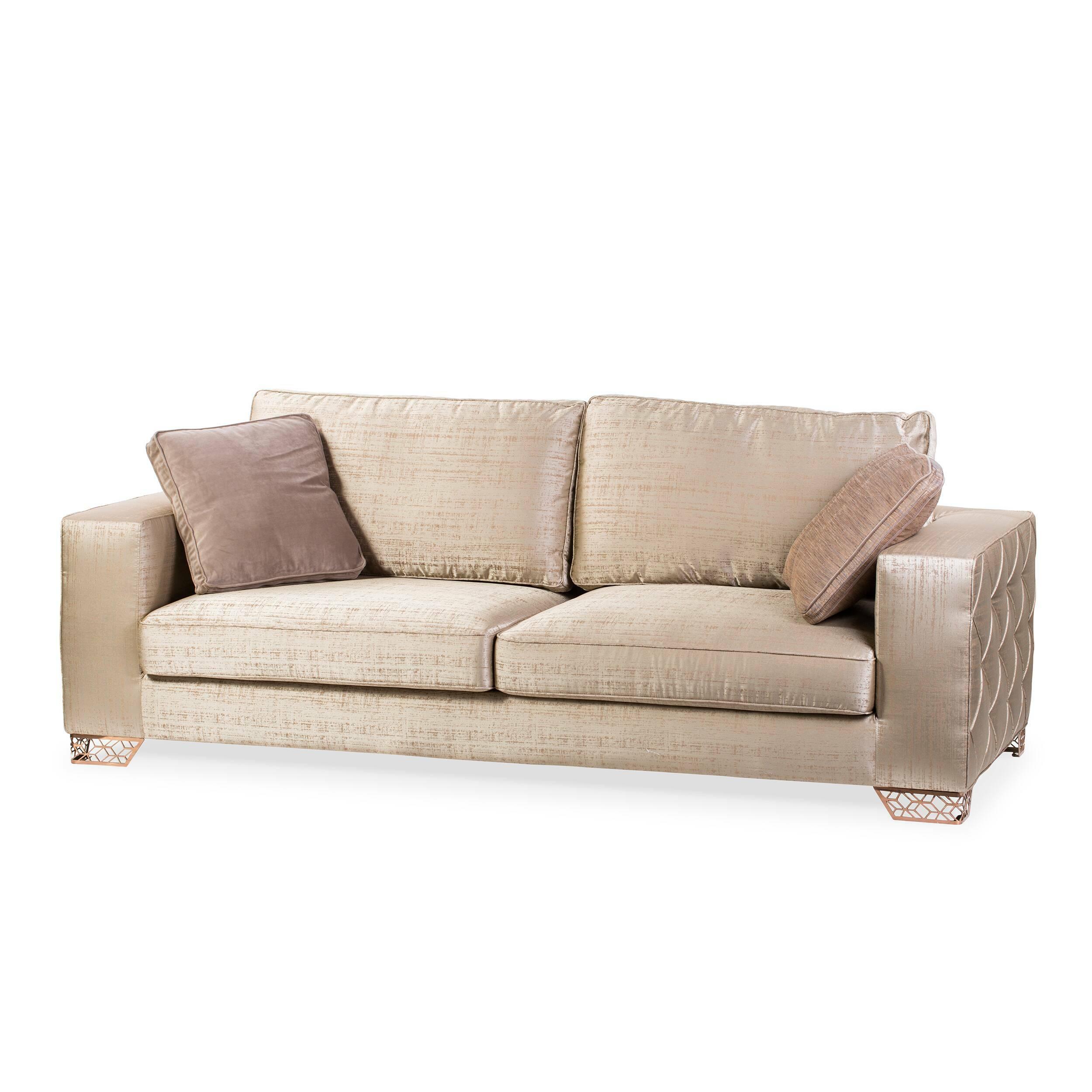 Диван ApolloТрехместные<br>Дизайнерский темно-бежевый диван Apollo (Аполло) с наполнителем из пены на стальных ножках от Cosmo (Космо).Бархат — сложный в производстве материал, что полностью оправдывается его красотой. Этот материал обладает едва уловимым блеском и переливается под лучами источника света. Этот эффект еще более впечатляющий, когда есть дополнительный декоративный элемент, такой как каретная стяжка. Это оригинальный способ объемной обивки при помощи пуговиц, утопленных в мягкую поверхность. <br> <br> Оригина...<br><br>stock: 2<br>Высота: 92<br>Высота сиденья: 37<br>Глубина: 106<br>Длина: 240<br>Цвет ножек: Розовый хромированный<br>Наполнитель: Пена<br>Тип материала обивки: Ткань<br>Тип материала ножек: Сталь нержавеющая<br>Цвет обивки: Тёмно-бежевый