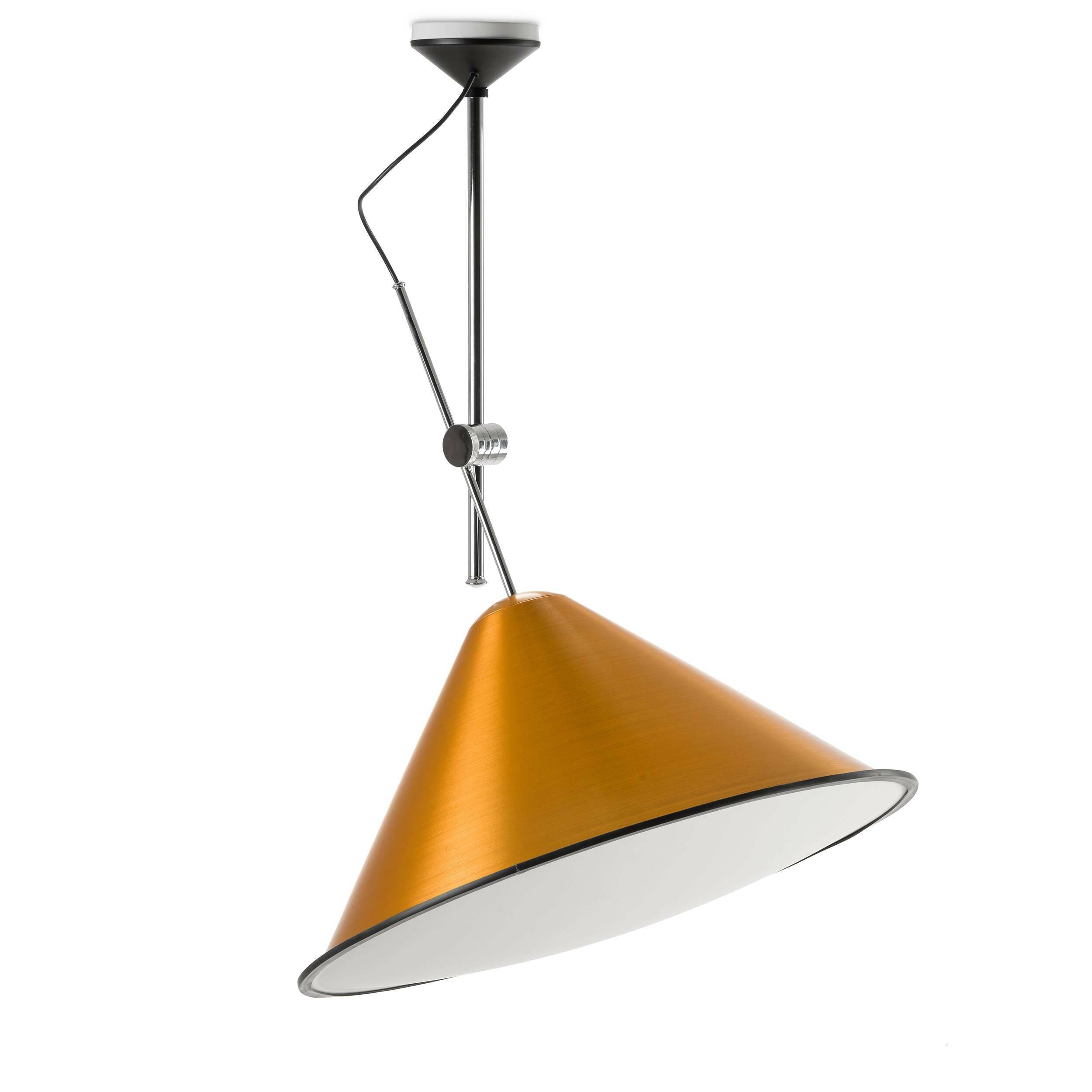 Потолочный светильник ConeПотолочные<br>При взгляде на потолочный светильник Cone становится заметно, что, разрабатывая эту серию, его создатель, британский дизайнер Том Диксон, вдохновлялся профессиональным фотооборудованием. Сложно не думать о фотовспышках и студиях, глядя на необычный плафон.<br><br><br> Технические особенности рабочей фототехники были со вкусом переработаны, не потеряв своей функциональности. Внутренняя поверхность плафона обтянута белым акриловым полотном. Попадая на такую преграду, свет равномерно рассеивается...<br><br>stock: 8<br>Высота: 150<br>Диаметр: 73<br>Материал абажура: Акрил<br>Материал арматуры: Металл<br>Ламп в комплекте: Нет<br>Напряжение: 220<br>Цвет абажура: Золотой