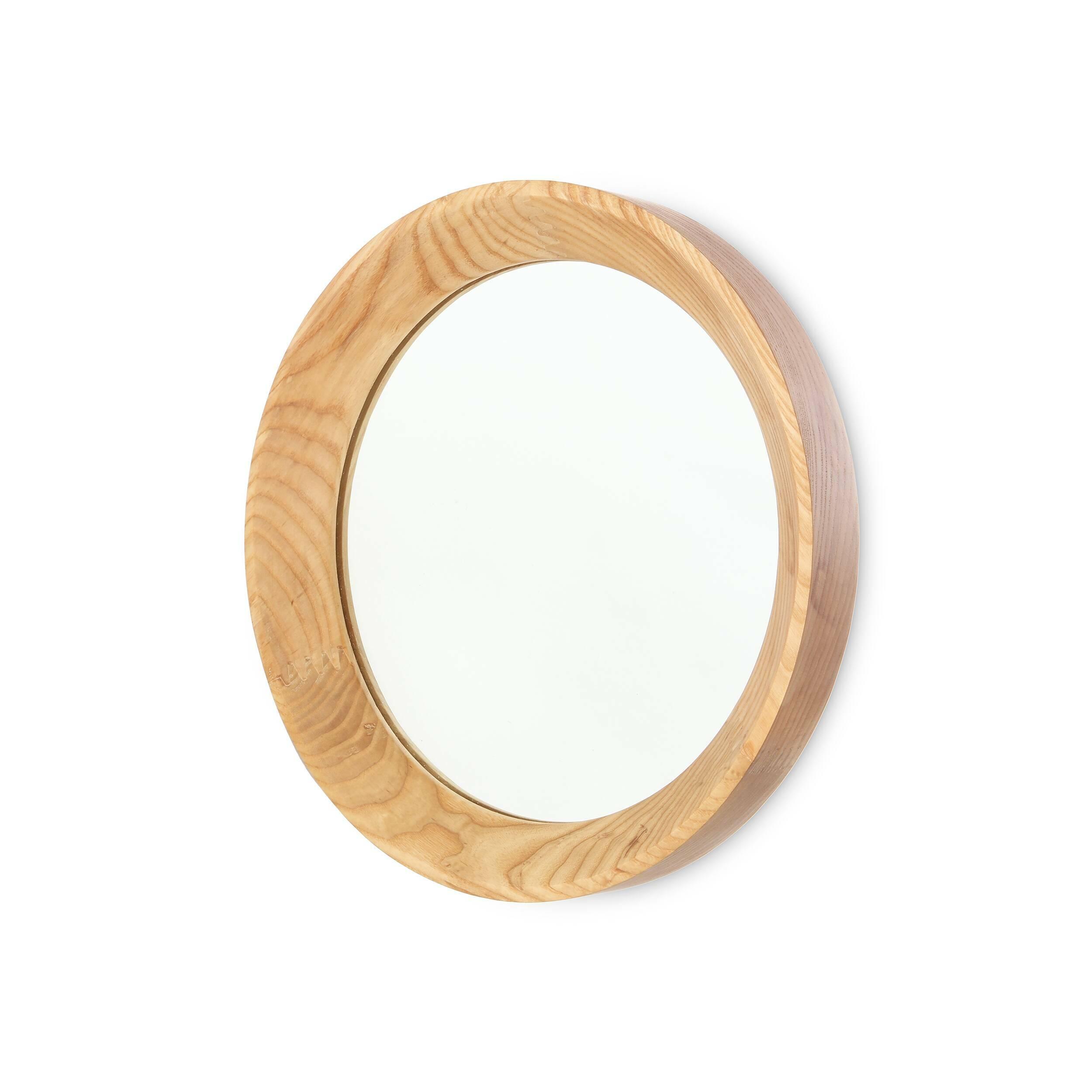 Настенное зеркало Velodrome круглоеНастенные<br>Настенное зеркало Velodrome круглое появилось благодаря тому, что однажды известный дизайнер Шон Дикс обратил свой творческий взгляд на покрытие велотрека на велодроме. И тогда ему в голову пришла мысль, что форма и текстура велотрассы напоминают раму для зеркала.<br><br><br><br> Предметы, которые вдохновляют дизайнеров на создание своих шедевров, иногда встречаются в самых неожиданных местах. Так устроен мозг гениев и талантливых людей. Они могут увидеть чудо или даже сделать открытие благодар...<br><br>stock: 0<br>Высота: 5<br>Материал: Ясень<br>Цвет: Натуральный<br>Диаметр: 37