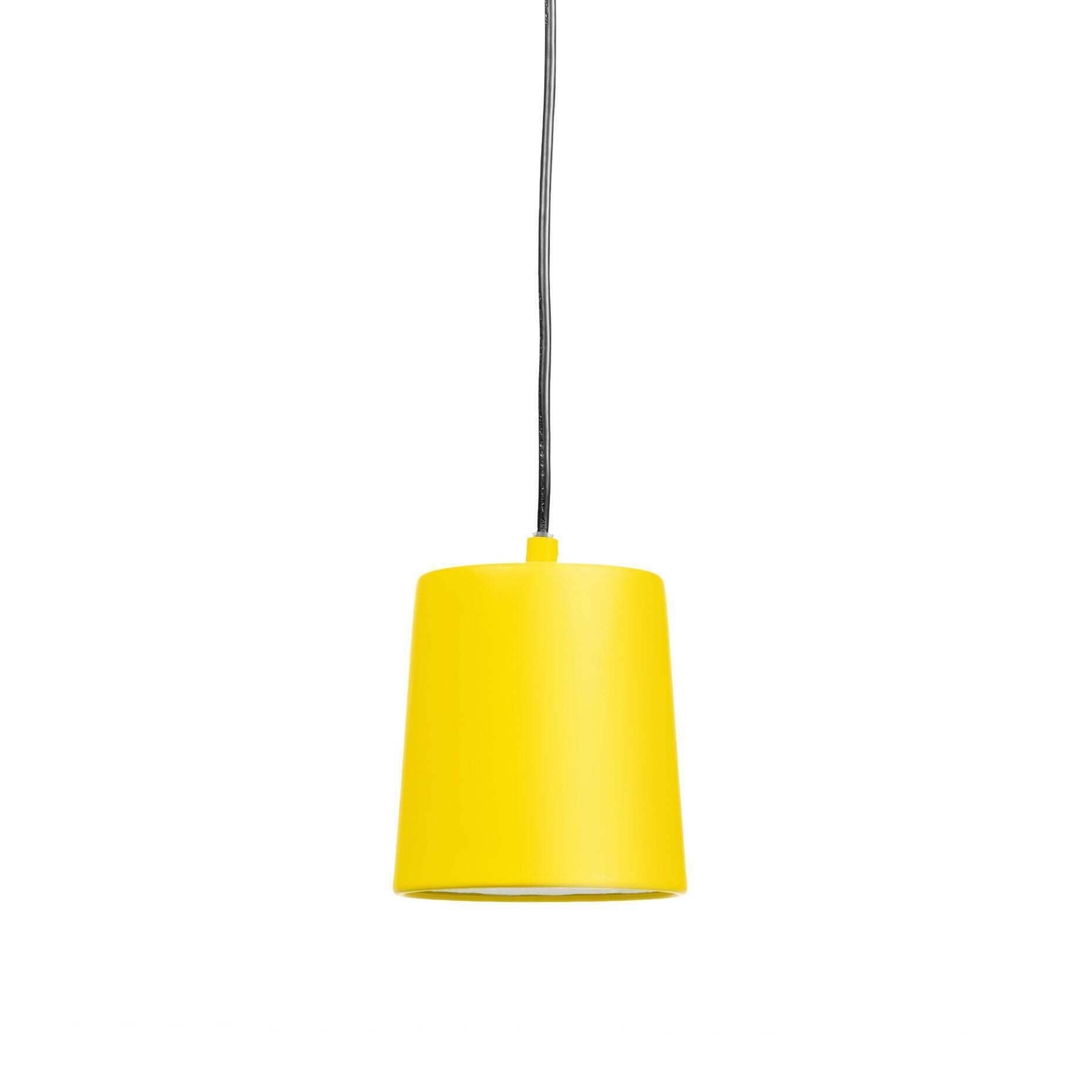 Подвесной светильник Hide диаметр 13Подвесные<br>Для всех пуристов и ревнителей минимализма создан подвесной светильник Hide диаметр 13<br>без лишних деталей и украшений. Однако подойдет он и тем, кому не хватает изюминки в интерьере благодаря позитивному ярко-желтому цвету абажура (в одной из вариаций). Для консерваторов есть черный и белый варианты. <br><br><br> Автор этой минималистичной и функциональной лампы из алюминия и металла — стокгольмец Томас Бернстранд, который продолжает традиции скандинавской школы с ее простотой и удобство...<br><br>stock: 0<br>Высота: 120<br>Диаметр: 13<br>Количество ламп: 1<br>Материал абажура: Алюминий<br>Материал арматуры: Металл<br>Мощность лампы: 40<br>Ламп в комплекте: Нет<br>Напряжение: 220<br>Тип лампы/цоколь: E14<br>Цвет абажура: Желтый