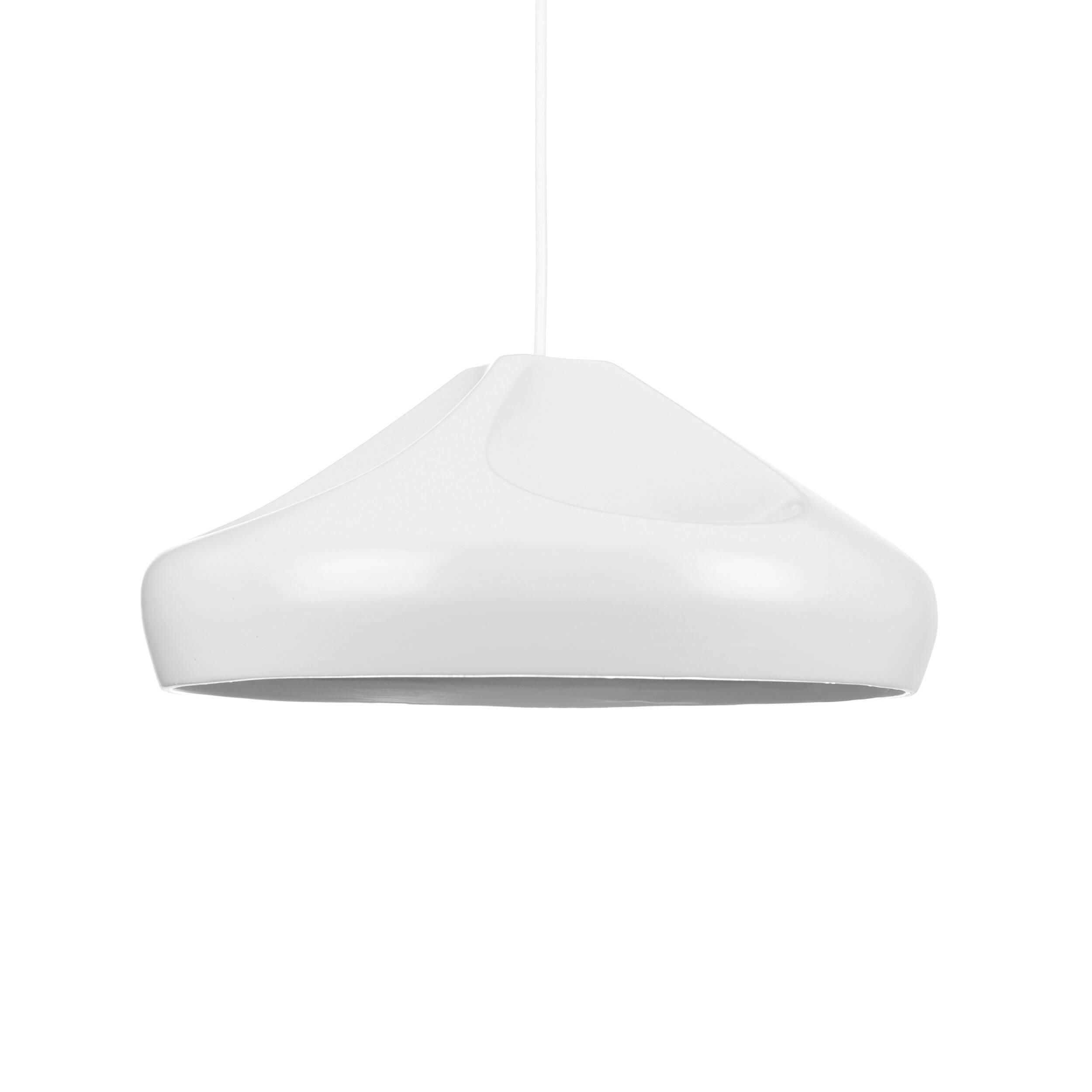 Подвесной светильник Miranda диаметр 36Подвесные<br>Коллекция ламп Miranda — результат творческой дизайнерской мысли. Абажуры сделаны в виде морщинистой ткани. Лампы доступны в различных цветах (золото, серебро, черный, красный и серый). <br> <br> Задумываясь об оформлении интерьера в современном стиле, не нужно изобретать колесо — существуют стили, которые одинаково уютны и современны, а также обязательно удовлетворят и искушенных, и неопытных в дизайне людей. Скандинавский стиль как раз столь лаконичен, сколь современен. Он пользуется популярнос...<br><br>stock: 10<br>Высота: 150<br>Диаметр: 36<br>Количество ламп: 1<br>Материал абажура: Керамика<br>Мощность лампы: 40<br>Ламп в комплекте: Нет<br>Напряжение: 220<br>Тип лампы/цоколь: E27<br>Цвет абажура: Белый