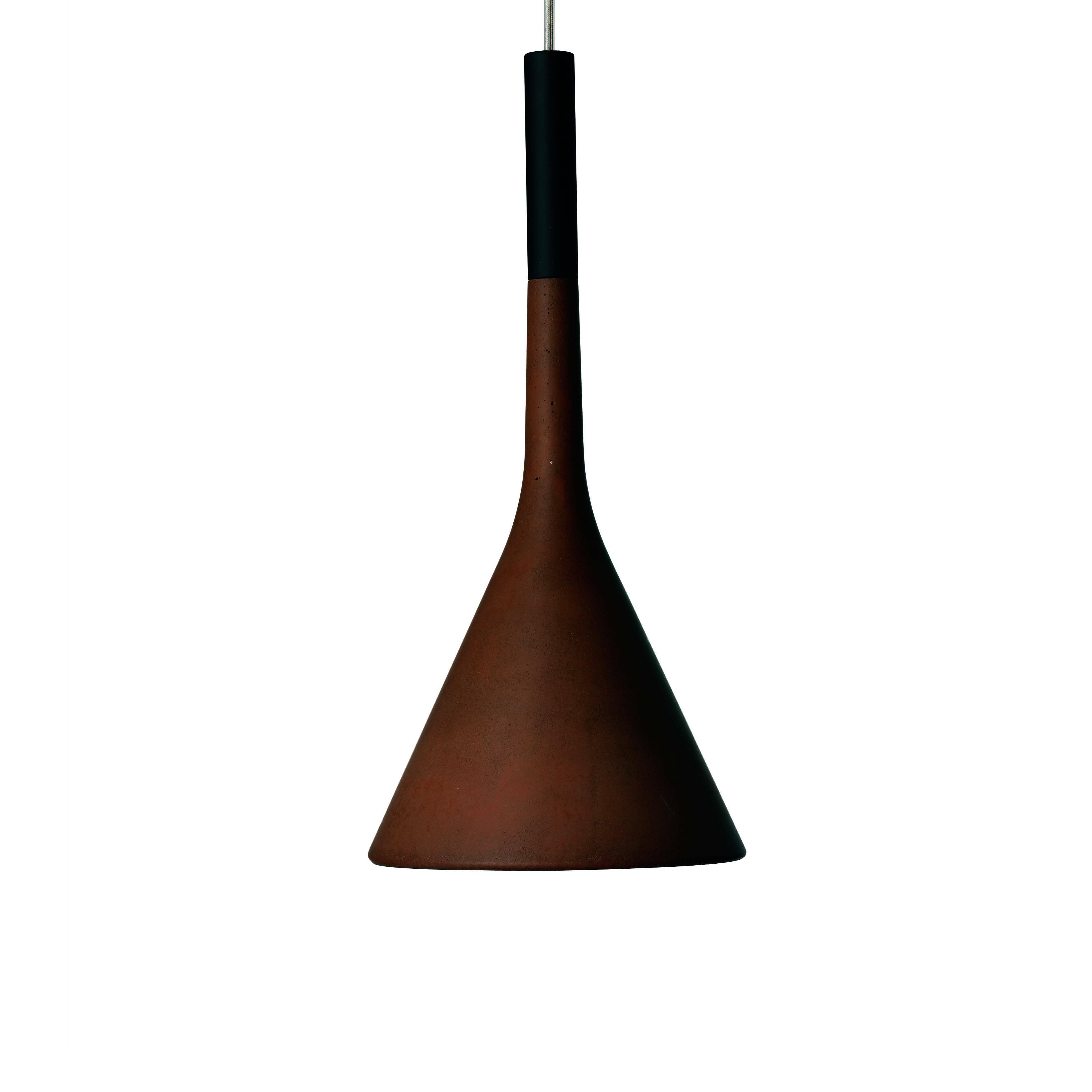 Подвесной светильник AplombПодвесные<br>Подвесной светильник Aplomb от итальянского бренда Foscarini создает прямое, точное освещение, что делает его небольшим, но важным героем в любом помещении. Видимые вкрапления на глиняном плафоне являются выражением современной архитектуры и делают каждый светильник уникальным.<br> Абажур, выполненный из бетона - это выразительный язык современной архитектуры. Своим светильников, компания Foscarini попыталась объявить всему миру о своих взглядах на этот материал. Бетон имеет все шансы стать час...<br><br>stock: 1<br>Высота: 180<br>Диаметр: 16,5<br>Количество ламп: 1<br>Материал абажура: Керамика<br>Мощность лампы: 3<br>Ламп в комплекте: Нет<br>Напряжение: 220<br>Тип лампы/цоколь: LED<br>Цвет абажура: Красный