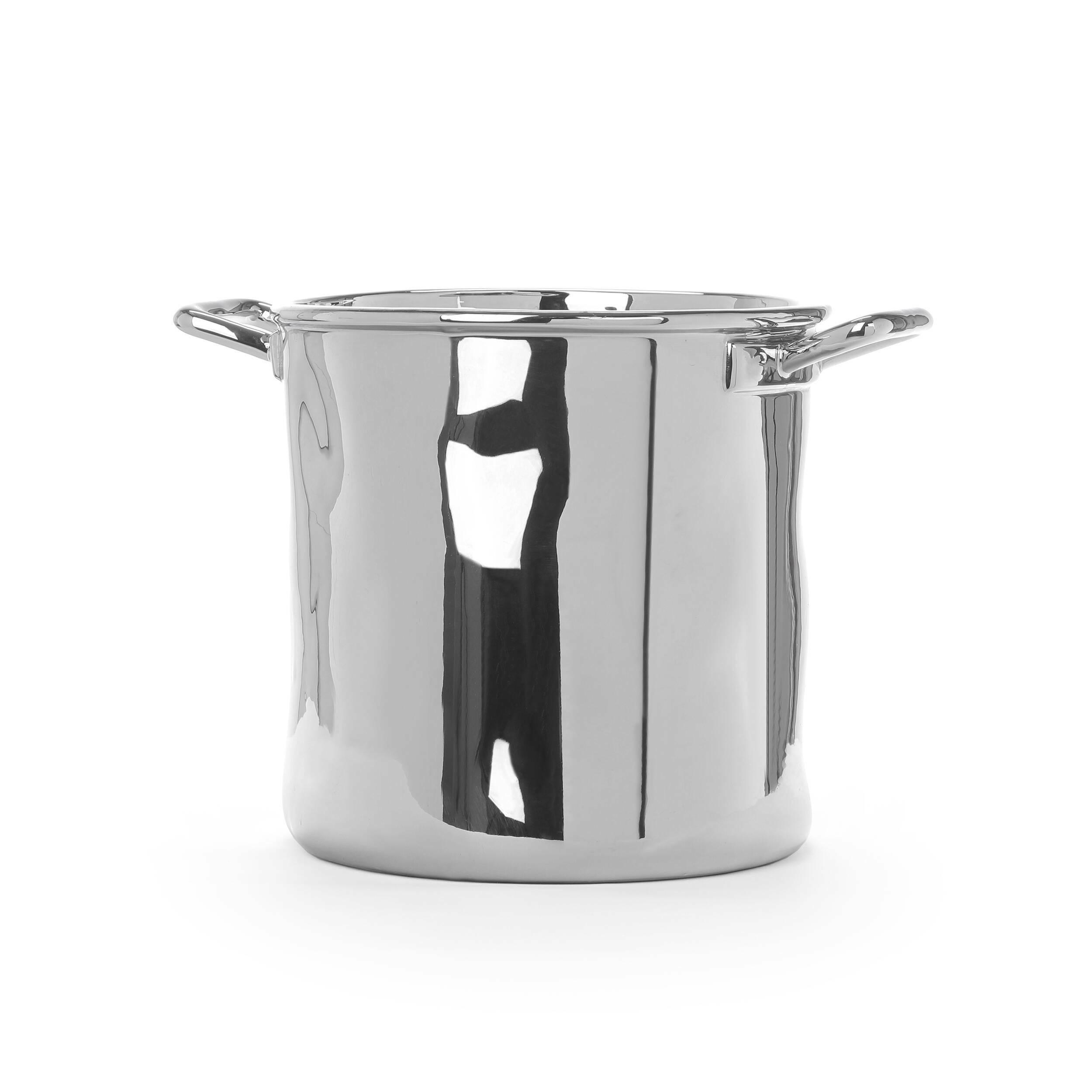 Кастрюля Estetico QuotidianoПосуда<br>Кастрюля Estetico Quotidiano – это отличный вариант для украшения домашнего быта. Дизайнеры компании Seletti выполнили ее в современном, глянцевом стиле. Это декоративная модель, которая освежит любую кухонную или столовую обстановку.<br><br><br> Кастрюля Estetico Quotidiano изготавливается из высококачественного фарфора и оформляется в серебристо-металлический цвет. Декор из фарфора во все времена служил наиболее ценным и красивым украшением для домашнего интерьера. Зеркальная поверхность издел...<br><br>stock: 0<br>Высота: 22<br>Материал: Фарфор<br>Цвет: Серебряный<br>Диаметр: 22