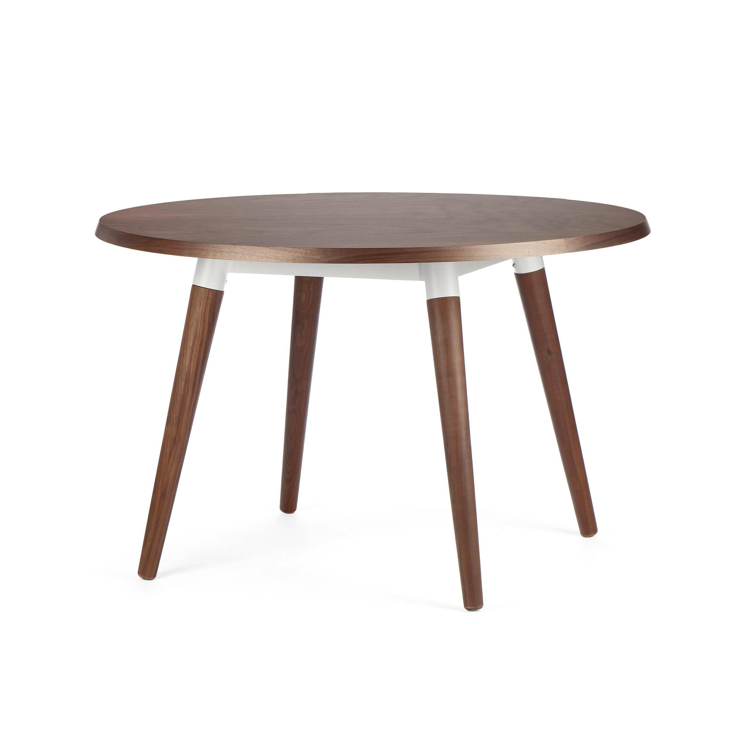 Обеденный стол Copine круглыйОбеденные<br>Дизайнерская круглый деревянный обеденный стол Copine на четырех ножках от Cosmo (Космо).<br>        Обеденный стол Copine круглый — актуальное решение для небольших кухонь. За его столешницей могут свободно уместиться четыре человека. Его современный дизайн в стиле датский модерн обязательно придется по вкусу всем, кто действительно разбирается в дизайне и ценит простой семейный уют.  <br><br><br>         Благодаря оригинальной темной столешнице, изделие отлично смотрится в интерьере с любым основны...<br><br>stock: 3<br>Высота: 75<br>Диаметр: 120<br>Цвет ножек: Орех американский<br>Цвет столешницы: Орех американский<br>Материал ножек: Массив ореха<br>Материал столешницы: Фанера, шпон ореха<br>Тип материала каркаса: Сталь<br>Тип материала столешницы: Фанера<br>Тип материала ножек: Дерево<br>Цвет каркаса: Белый