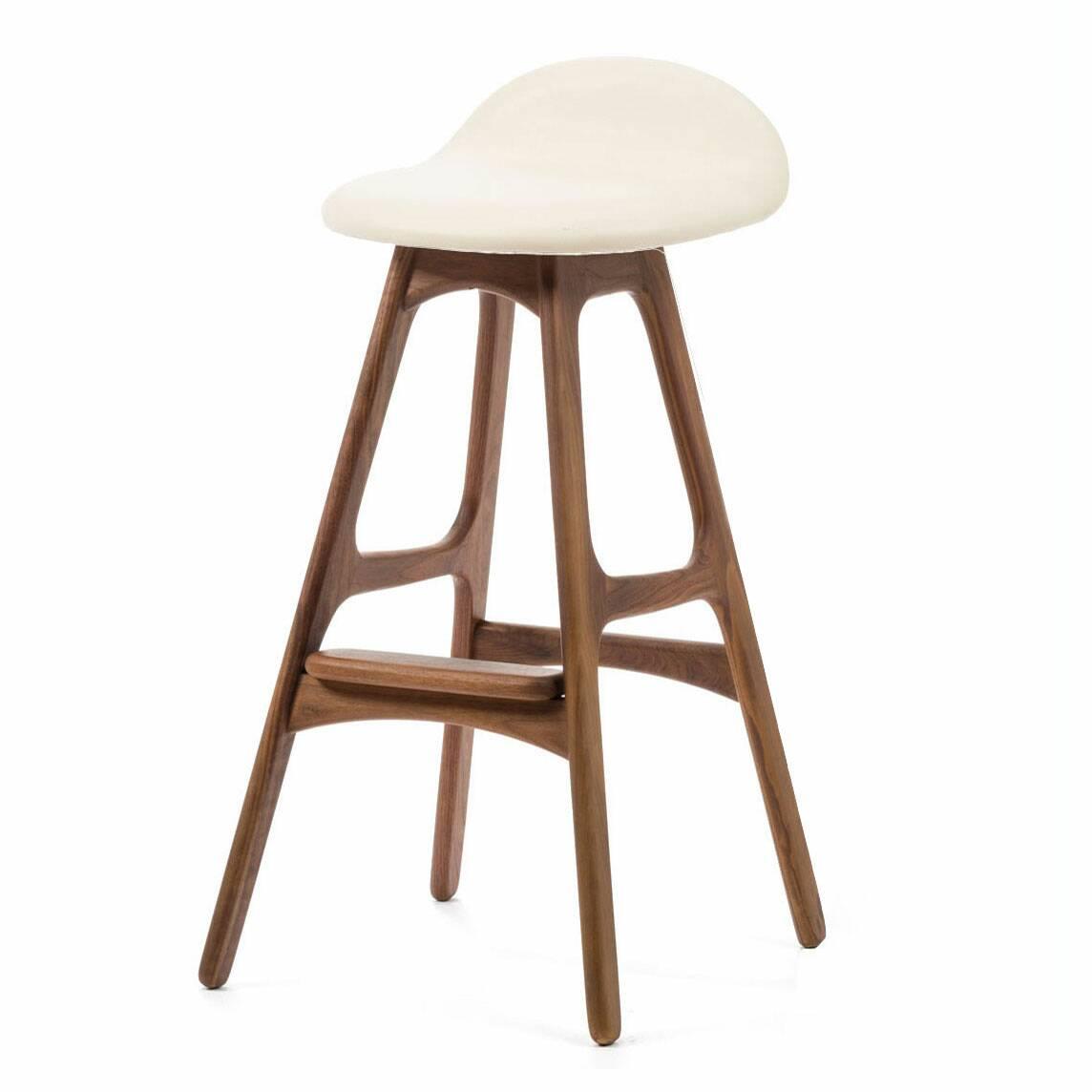 Барный стул Buch 3Барные<br>Дизайнерский барный стул Buch (Буш) без подлокотников на деревянных ножках от Cosmo (Космо).<br> Высокий барный стул Buch 3 создан еще в 1960 году дизайнером Эриком Буком, который посвятил всю свою жизнь дизайну и архитектуре. У Эрика Бука было свыше 30 коммерчески успешных дизайн-проектов, среди которых самым успешным стал именно этот барный стул, который нашел свое место в миллионах домов по всему миру. Сегодня же стулья, сконструированные Эриком Буком, по-прежнему производятся на фабриках в...<br><br>stock: 0<br>Высота: 85,5<br>Высота сиденья: 75<br>Ширина: 40<br>Глубина: 45<br>Цвет ножек: Орех<br>Материал ножек: Массив ореха<br>Цвет сидения: Белый<br>Тип материала сидения: Кожа<br>Тип материала ножек: Дерево