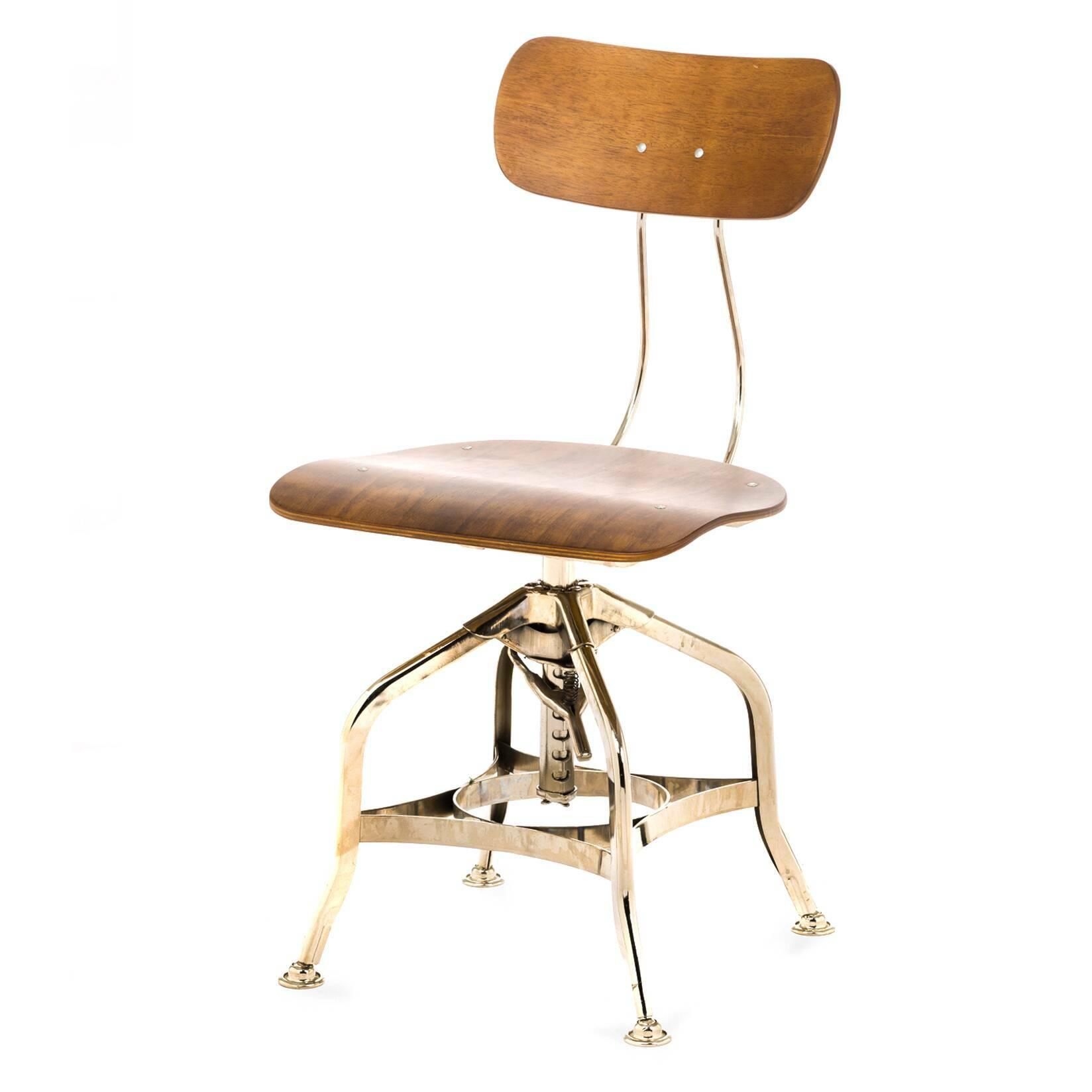Стул ToledoИнтерьерные<br>Дизайнерский деревянный стул Toledo (Толедо) с регулировкой высоты от Cosmo (Космо).<br><br> Cтул Toledo 1920 года — прекрасный элемент интерьера в индустриальном стиле. Предмет функционален и лаконичен, при всей своей непритязательности он может стать выразительным акцентом, придав пространству особую атмосферу.<br><br><br> Сиденье и спинка изготовлены из натурального клена и имеют плавные эргономичные изгибы, специальный механизм позволяет менять высоту спинки. Хитрая система ножек из стали напомина...<br><br>stock: 60<br>Высота: 80<br>Высота сиденья: 42-53<br>Ширина: 42<br>Глубина: 48<br>Тип материала каркаса: Сталь<br>Материал сидения: Фанера, шпон гевеи<br>Цвет сидения: Коричневый<br>Тип материала сидения: Дерево<br>Цвет каркаса: Никель