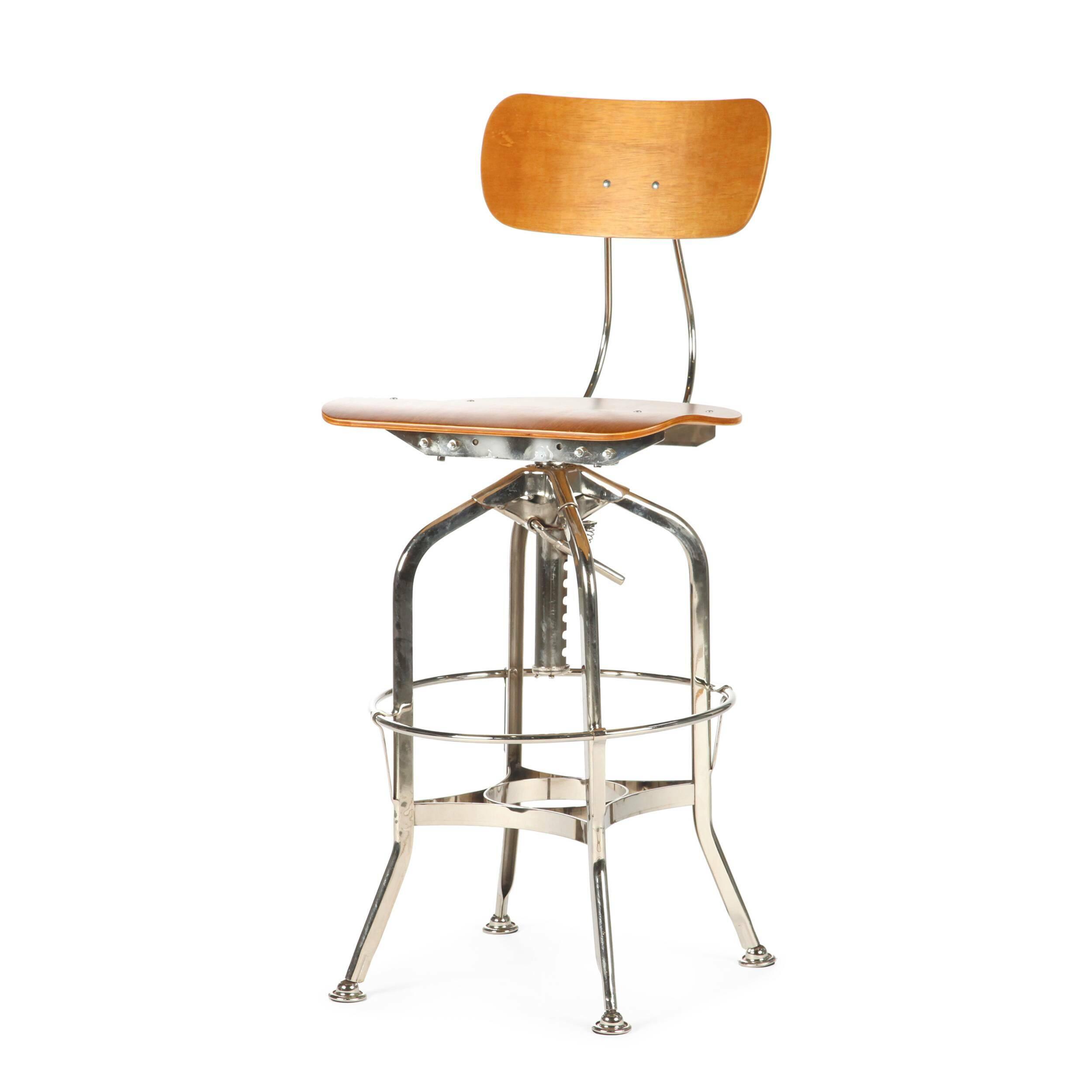 Барный стул Toledo WoodБарные<br>Дизайнерский цветной барный стул Toledo Wood (Толедо Вуд) из фанеры на черных ножках от Cosmo (Космо). <br><br> Целевыми помещениями для использования стульев Toledo изначально были офисы, заводы, аптеки и тому подобные места. Однако под влиянием веяний модных дизайнерских тенденций появилась новая модель — для ресторанов, молодежных клубов и баров.<br><br><br> Замысловатый каркас из стали, выполненный в черном или металлическом цвете, представлен системой «паучьи лапки», как назвали это сами дизайне...<br><br>stock: 3<br>Высота: 97<br>Высота сиденья: 64-75<br>Ширина: 42<br>Глубина: 48<br>Цвет ножек: Никель<br>Материал сидения: Фанера, шпон гевеи<br>Цвет сидения: Коричневый<br>Тип материала сидения: Дерево<br>Тип материала ножек: Сталь