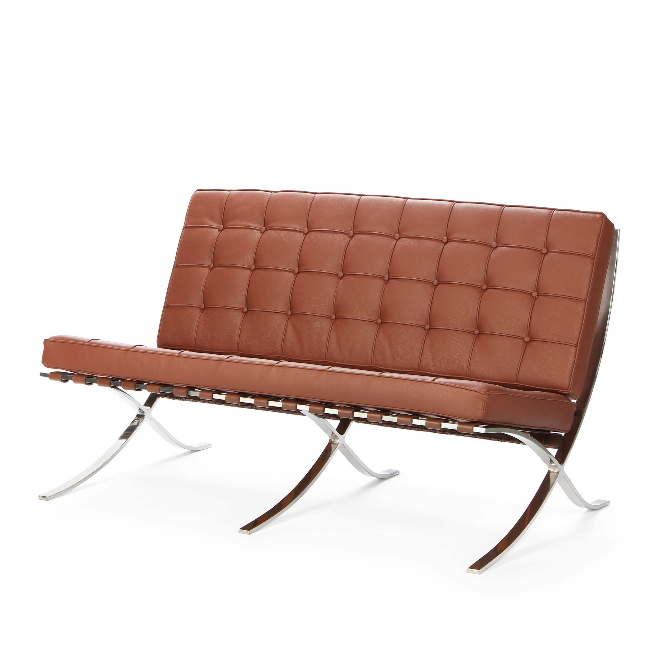 Диван Barcelona 2Двухместные<br>Дизайнерский cтильный кожаный диван Barcelona 2 (Барселона 2) на металлических ножках от Cosmo <br><br><br> Дизайн дивана Barcelona 2 был результатом сотрудничества Лили Рейх и Людвига Миса ван дер Роэ. Как так могло получиться, что диван, созданный 80 лет назад, до сих пор остается для современной мебели культовым предметом? Давно забытое старое как обычно становится трендом. В 1960-е годы этот диван занял свое заслуженное и почетное место в кабинетах банков, крупных компаний по всему миру и ста...<br><br>stock: 2<br>Высота: 78,5<br>Высота сиденья: 44<br>Глубина: 78<br>Длина: 132,5<br>Цвет ножек: Хром<br>Коллекция ткани: Deluxe<br>Тип материала обивки: Кожа<br>Тип материала ножек: Сталь нержавеющая<br>Цвет обивки: Коричневый