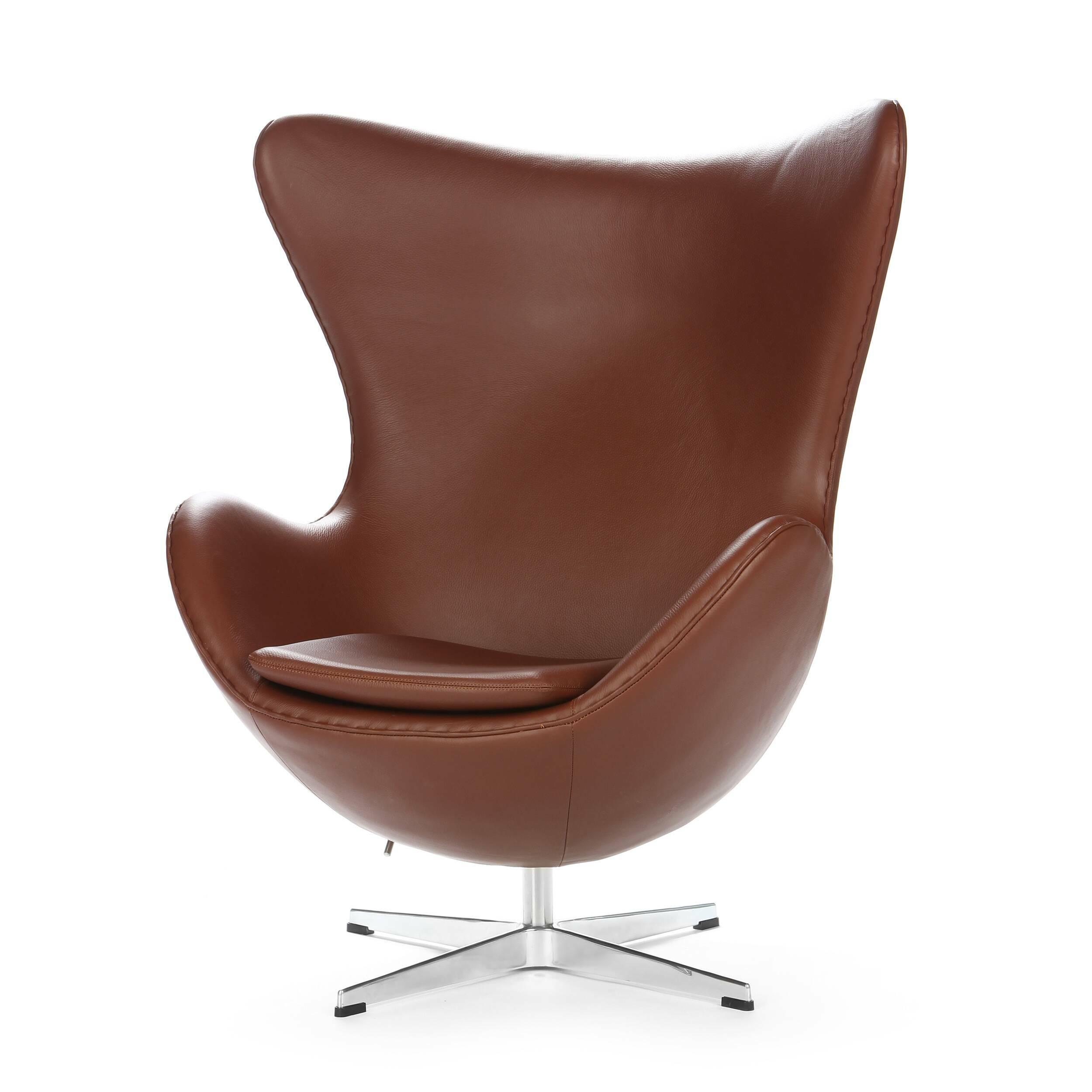 Кресло EggИнтерьерные<br>Дизайнерское комфортное кресло Egg (Эгг) в форме яйца на узкой ножке от Cosmo (Космо).<br><br><br> Кресло, своими очертаниями напоминающее яйцо, — одно из самых известных творений датского дизайнера Арне Якобсена. Вряд ли оно когда-нибудь выйдет из моды — уж слишком велик диапазон его интерьерных возможностей. Кроме того, обыгрывать данную форму помогают различные фактуры и цвета обивок.<br><br><br> Особенно приятно и солидно смотрится оригинальное кресло Egg в обивке из натуральной кожи, представлен...<br><br>stock: 0<br>Высота: 105,5<br>Высота сиденья: 41<br>Ширина: 87<br>Глубина: 82<br>Цвет ножек: Хром<br>Коллекция ткани: Deluxe<br>Тип материала обивки: Кожа<br>Тип материала ножек: Алюминий<br>Цвет обивки: Коричневый