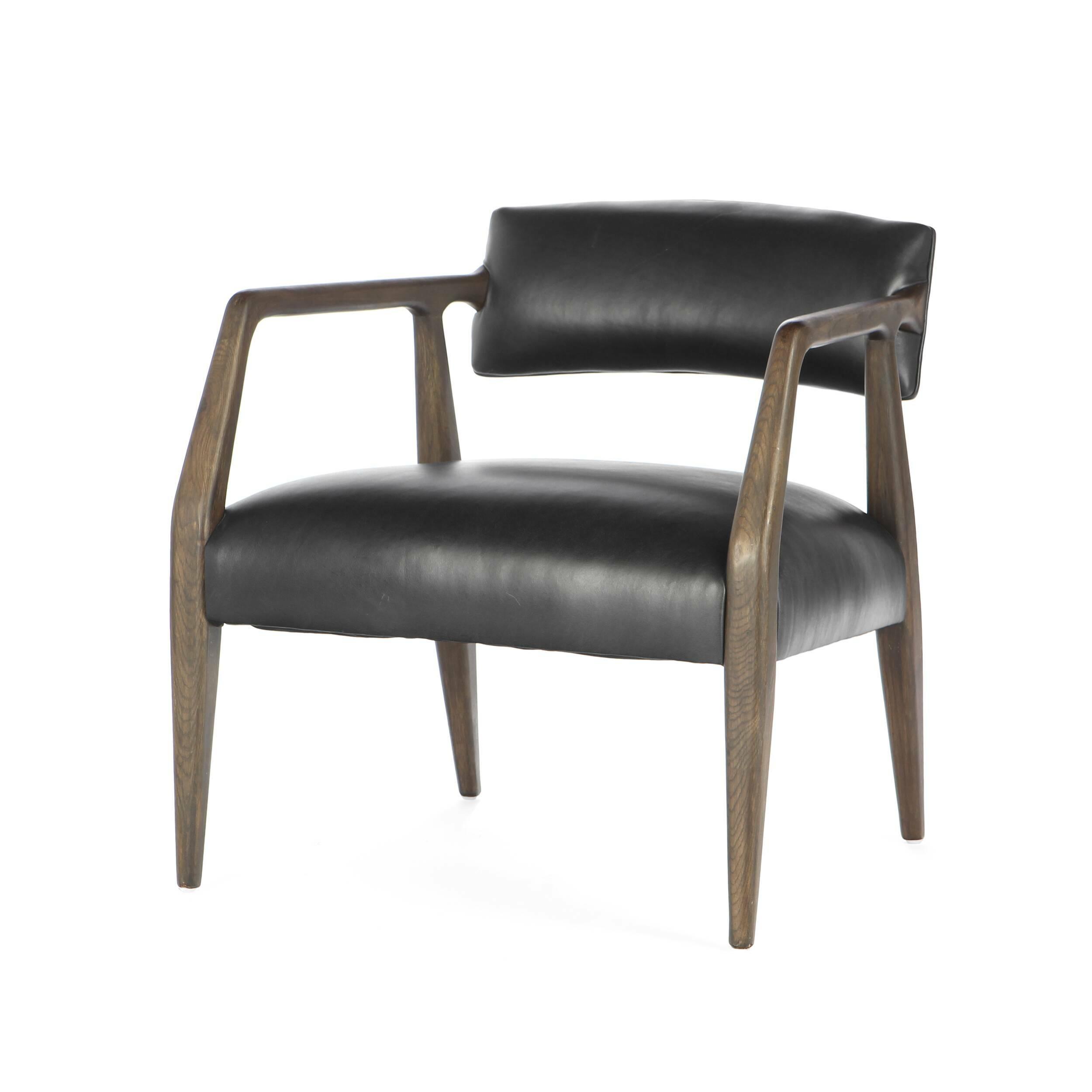 Кресло BaileyИнтерьерные<br>Дизайнерское оригинальное легкое широкое кресло Bailey из дерева с тканевой обивкой от Cosmo.<br><br><br> Четкость линий, строгость цвета и абсолютно современный дизайн — кресло Bailey станет замечательным атрибутом комнаты, выполненной практически в любом стиле. Главная особенность кресла — это его широкое комфортное сиденье, благодаря которому вы сможете устроиться с максимальным удобством как за рабочим столом, так и в любимой гостиной комнате. Компания Cosmo предлагает на выбор два цвета: те...<br><br>stock: 3<br>Высота: 69<br>Высота сиденья: 43<br>Ширина: 65<br>Глубина: 67<br>Цвет ножек: Темно-коричневый<br>Материал ножек: Состаренный массив дуба<br>Тип материала обивки: Кожа<br>Тип материала ножек: Дерево<br>Цвет обивки: Черный