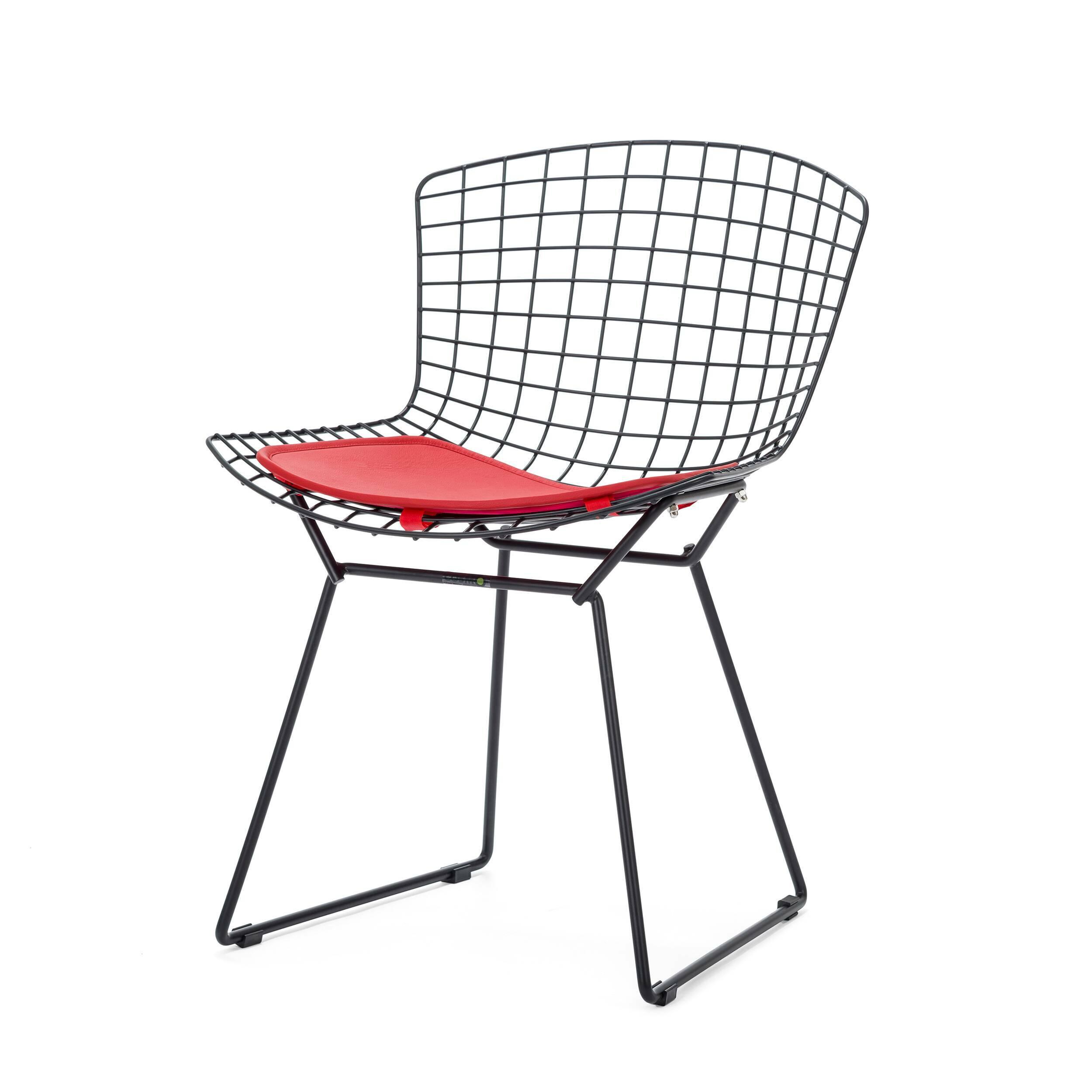 Стул Bertoia Side кожаный StandartИнтерьерные<br>Дизайнерский стул Bertoia Side Standart (Бертола Сайд Стандар) из тонких стальных прутьев с сиденьем из кожи от Cosmo (Космо).<br>Стул Bertoia Side кожаный Standart разработан в 1952 году дизайнером Гарри Бертойей и был частью его коллекции. Это икона современного дизайна середины прошлого века. Обладая сильной эстетической привлекательностью, его стул широко использовался другими дизайнерами, такими как Ээро Сааринен в Массачусетском технологическом институте и в здании Международного аэропорт...<br><br>stock: 0<br>Высота: 74<br>Высота сиденья: 44<br>Ширина: 52,5<br>Глубина: 58<br>Тип материала каркаса: Сталь нержавеющя<br>Цвет сидения: Красный<br>Тип материала сидения: Кожа<br>Коллекция ткани: Standart Leather<br>Цвет каркаса: Черный