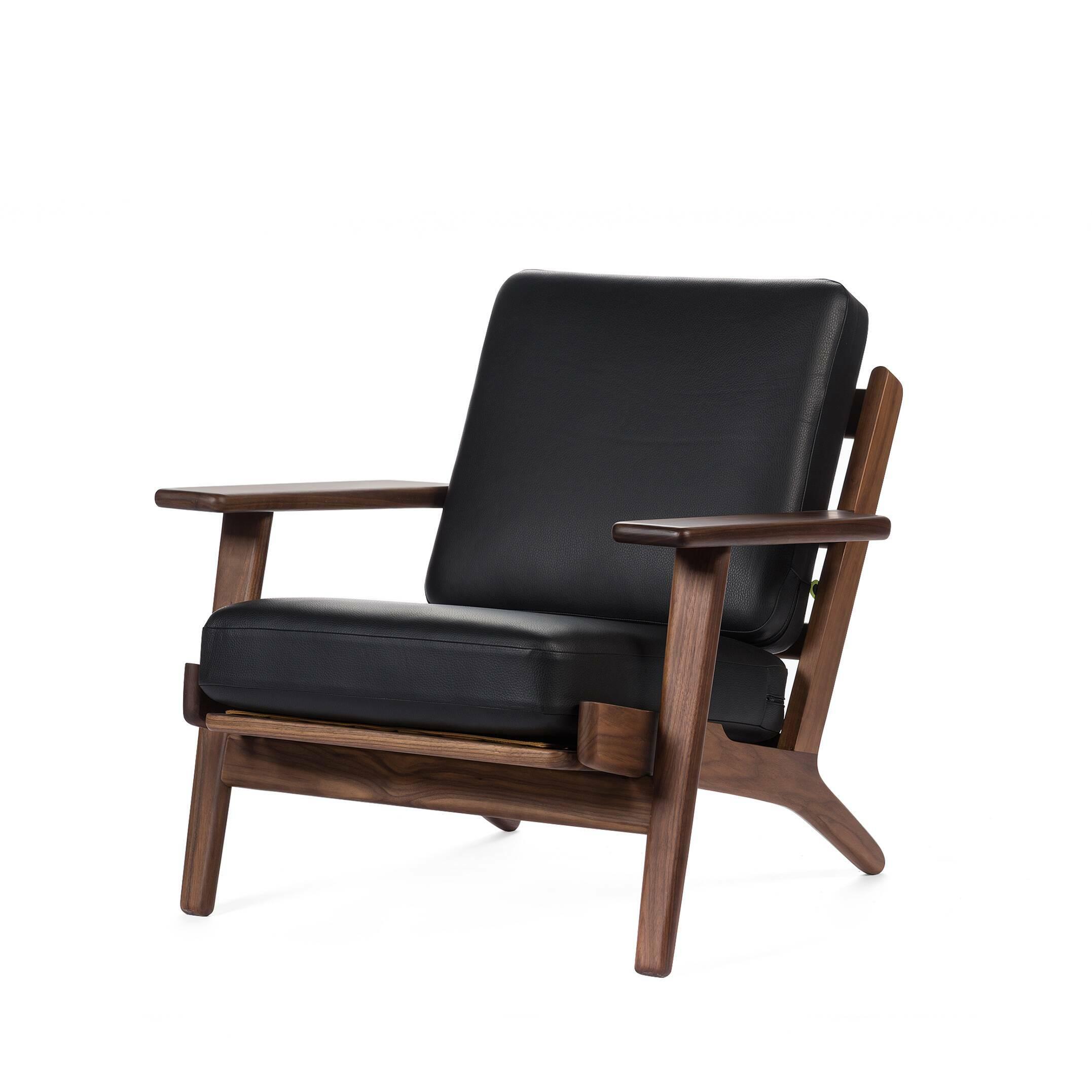 Кресло PlankИнтерьерные<br>Дизайнерское мягкое глубокое кресло Plank (Плэнк) с деревянным каркасом от Cosmo (Космо).<br><br><br><br> Кресло Plank Ханса Вегнера — это классическое мягкое кресло: красивое, удобное и универсальное. В течение многих десятилетий имя Ханса Вегнера было синонимом понятия «органическая функциональность» — продукт школы модерна, которая ставит функциональность изделий выше всего остального. Кресло Plank, в свою очередь, способствовало широкому распространению влияния датского дизайна в середине прошл...<br><br>stock: 0<br>Высота: 73,5<br>Высота сиденья: 41,5<br>Ширина: 75<br>Глубина: 84<br>Материал каркаса: Массив ореха<br>Тип материала каркаса: Дерево<br>Коллекция ткани: Harry Leather<br>Тип материала обивки: Кожа<br>Цвет обивки: Черный<br>Цвет каркаса: Орех американский