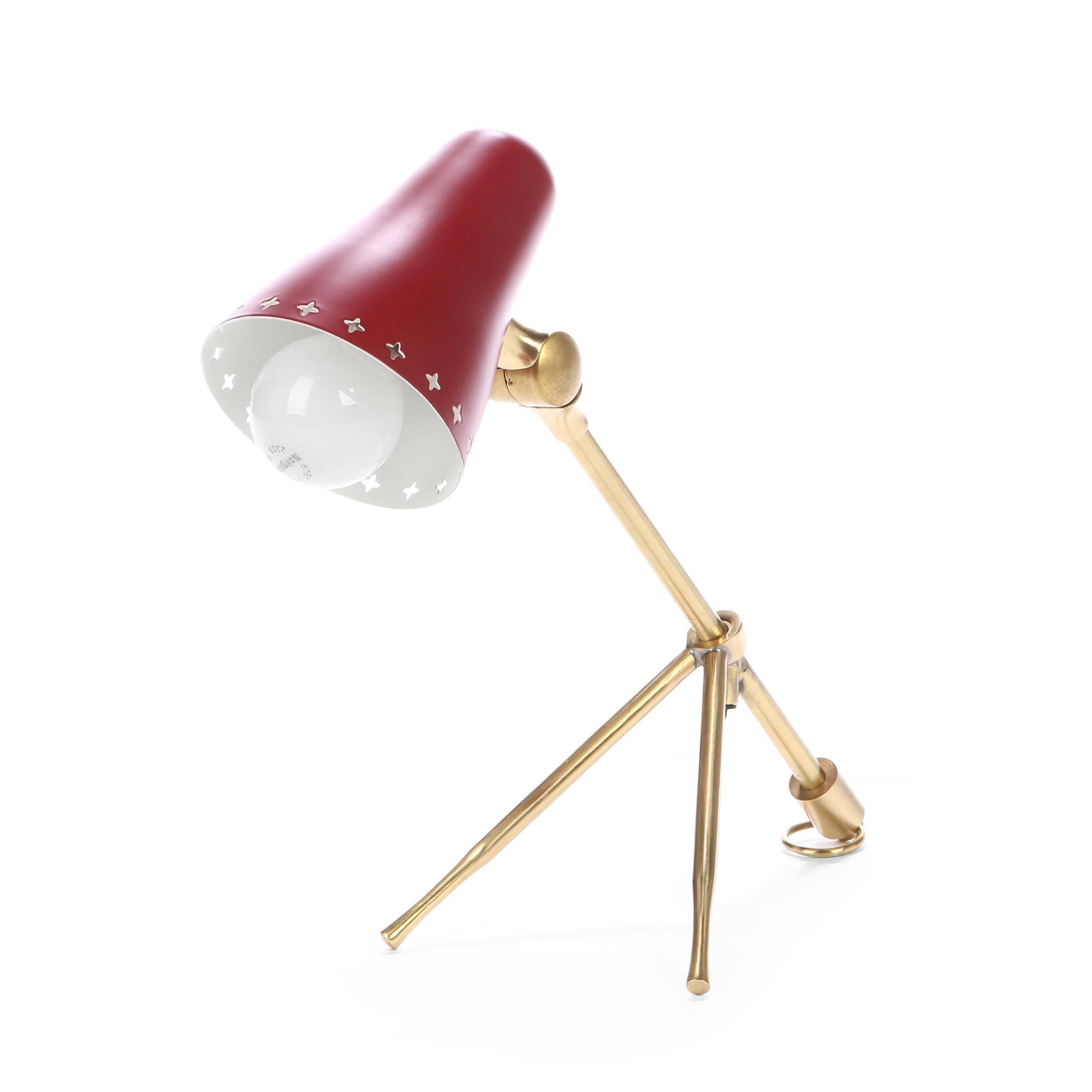 Настольный светильник Cocotte 1Настольные<br>Дизайнерский настольный светильник Cocotte (Кокотте) в стиле модерн на трех ножках от Cosmo.<br><br><br> Настольный светильник Cocotte 1 был создан французским дизайнером Борисом Лакруа в стиле модерн. Художник жил и работал в XX веке, когда в мире дизайна и архитектуры господствовали простота линий и функциональность. Все должно было служить нуждам человека.<br><br><br> Для стиля модерн характерны строгая геометрия линий, отсутствие вычурных деталей, качественные материалы, эксперименты с формой и со...<br><br>stock: 3<br>Высота: 23<br>Диаметр: 12<br>Длина: 35<br>Количество ламп: 1<br>Материал абажура: Алюминий<br>Материал арматуры: Металл<br>Мощность лампы: 40<br>Ламп в комплекте: Нет<br>Напряжение: 220-240<br>Тип лампы/цоколь: E14<br>Цвет абажура: Красный<br>Цвет арматуры: Латунь<br>Цвет провода: Черный