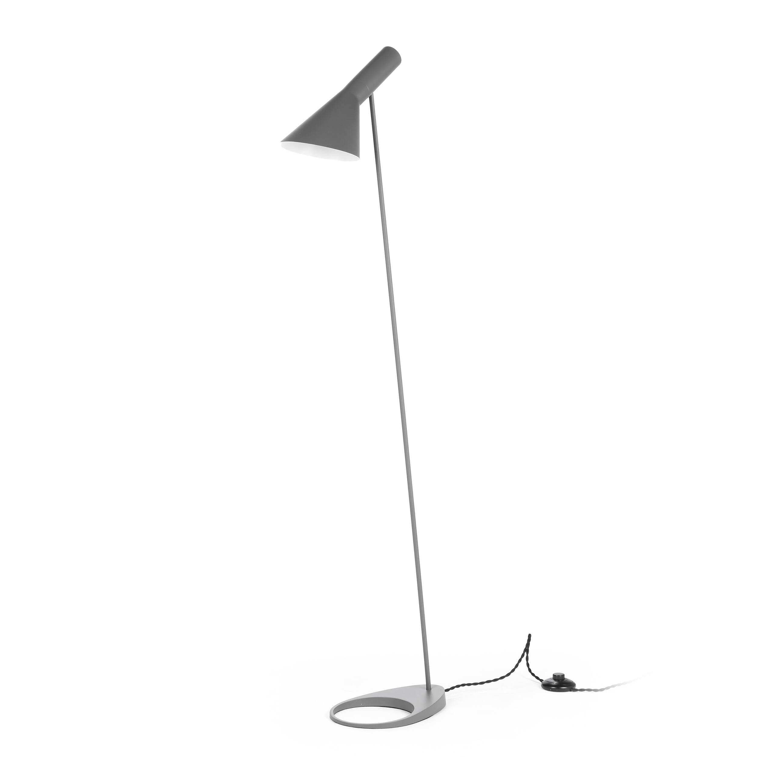 Напольный светильник AJ 2Напольные<br>Датский архитектор Арне Якобсен, чьи проекты получили мировое признание, в середине прошлого века стал разрабатывать предметы интерьера. Основное направление его деятельности — стиль хай-тек.<br><br><br> Замечательное творение автора — это напольный светильник AJ 2. Тонкая длинная ножка позволяет устанавливать его в гостиных и столовых, в спальнях и детских комнатах. Небольшая плоская основа надежно удерживает общую конструкцию и не позволяет светильнику опрокинуться. Светильник может занять с...<br><br>stock: 3<br>Высота: 130<br>Ширина: 27.5<br>Количество ламп: 1<br>Материал абажура: Металл<br>Мощность лампы: 60<br>Ламп в комплекте: Нет<br>Напряжение: 220-240<br>Тип лампы/цоколь: E27<br>Цвет абажура: Серый<br>Цвет провода: Черный