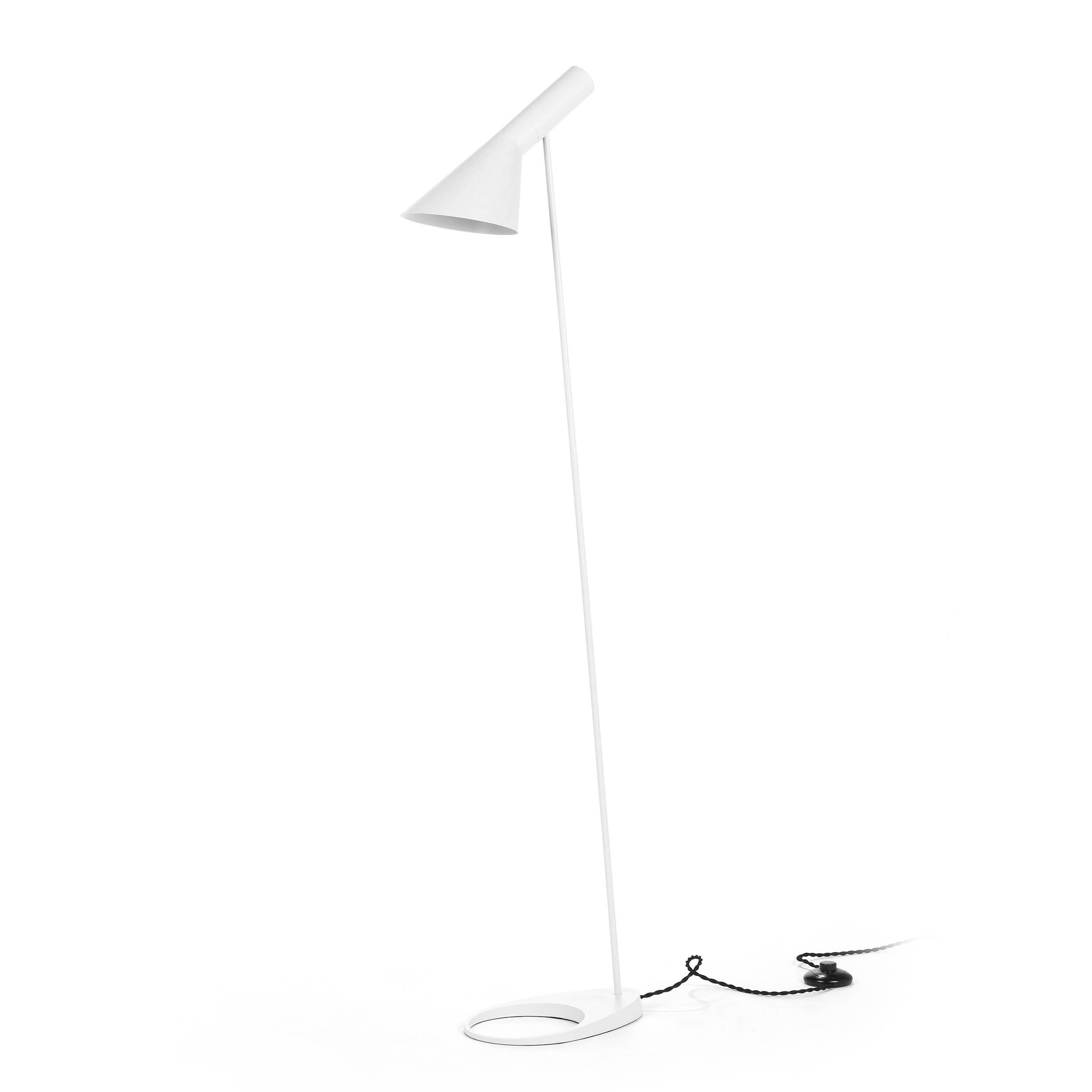 Напольный светильник AJ 2Напольные<br>Датский архитектор Арне Якобсен, чьи проекты получили мировое признание, в середине прошлого века стал разрабатывать предметы интерьера. Основное направление его деятельности — стиль хай-тек.<br><br><br> Замечательное творение автора — это напольный светильник AJ 2. Тонкая длинная ножка позволяет устанавливать его в гостиных и столовых, в спальнях и детских комнатах. Небольшая плоская основа надежно удерживает общую конструкцию и не позволяет светильнику опрокинуться. Светильник может занять с...<br><br>stock: 2<br>Высота: 130<br>Ширина: 27.5<br>Количество ламп: 1<br>Материал абажура: Металл<br>Мощность лампы: 60<br>Ламп в комплекте: Нет<br>Напряжение: 220-240<br>Тип лампы/цоколь: E27<br>Цвет абажура: Белый<br>Цвет провода: Черный