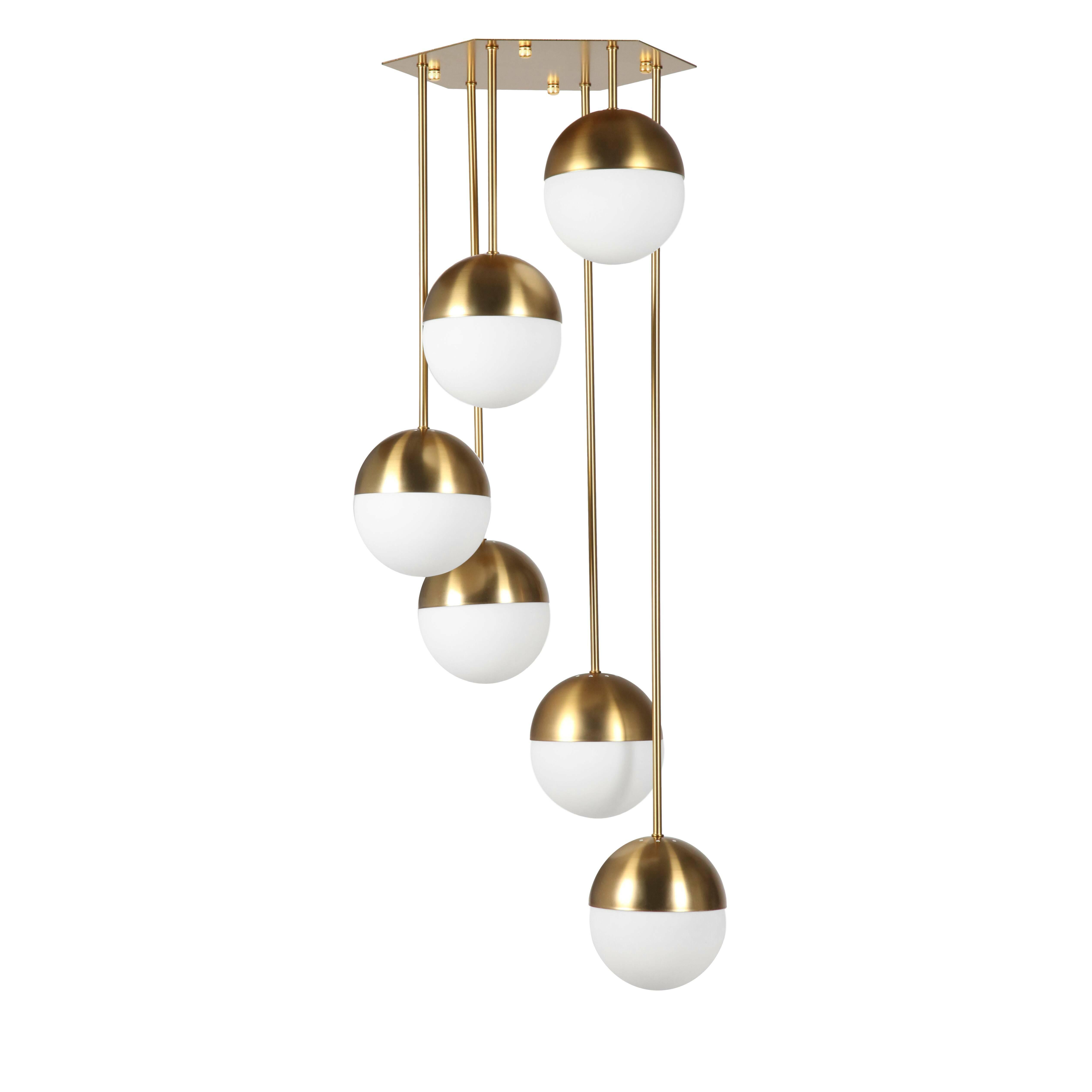 Потолочный светильник Italian Globe Cascading 6 лампПотолочные<br>Потолочный светильник Italian Globe Cascading 6 ламп — это светильник-игрушка, светильник-праздник, который будет приятно радовать глаз и дарить свет и уют вашему дому. Этот великолепный предмет интерьера — яркий пример итальянского дизайна. Созданный в солнечной Италии в шестидесятых годах прошлого столетия, этот светильник мгновенно завоевал сердца покупателей; с момента создания он постоянно производится в разных модификациях.<br><br><br> Потолочный светильник Italian Globe Cascading 6 ламп —...<br><br>stock: 1<br>Высота: 100<br>Диаметр: 36<br>Длина провода: 100<br>Количество ламп: 6<br>Материал абажура: Стекло<br>Материал арматуры: Сталь<br>Мощность лампы: 60<br>Ламп в комплекте: Нет<br>Напряжение: 220-240<br>Тип лампы/цоколь: E14<br>Цвет абажура: Белый матовый<br>Цвет арматуры: Латунь<br>Цвет провода: Черный