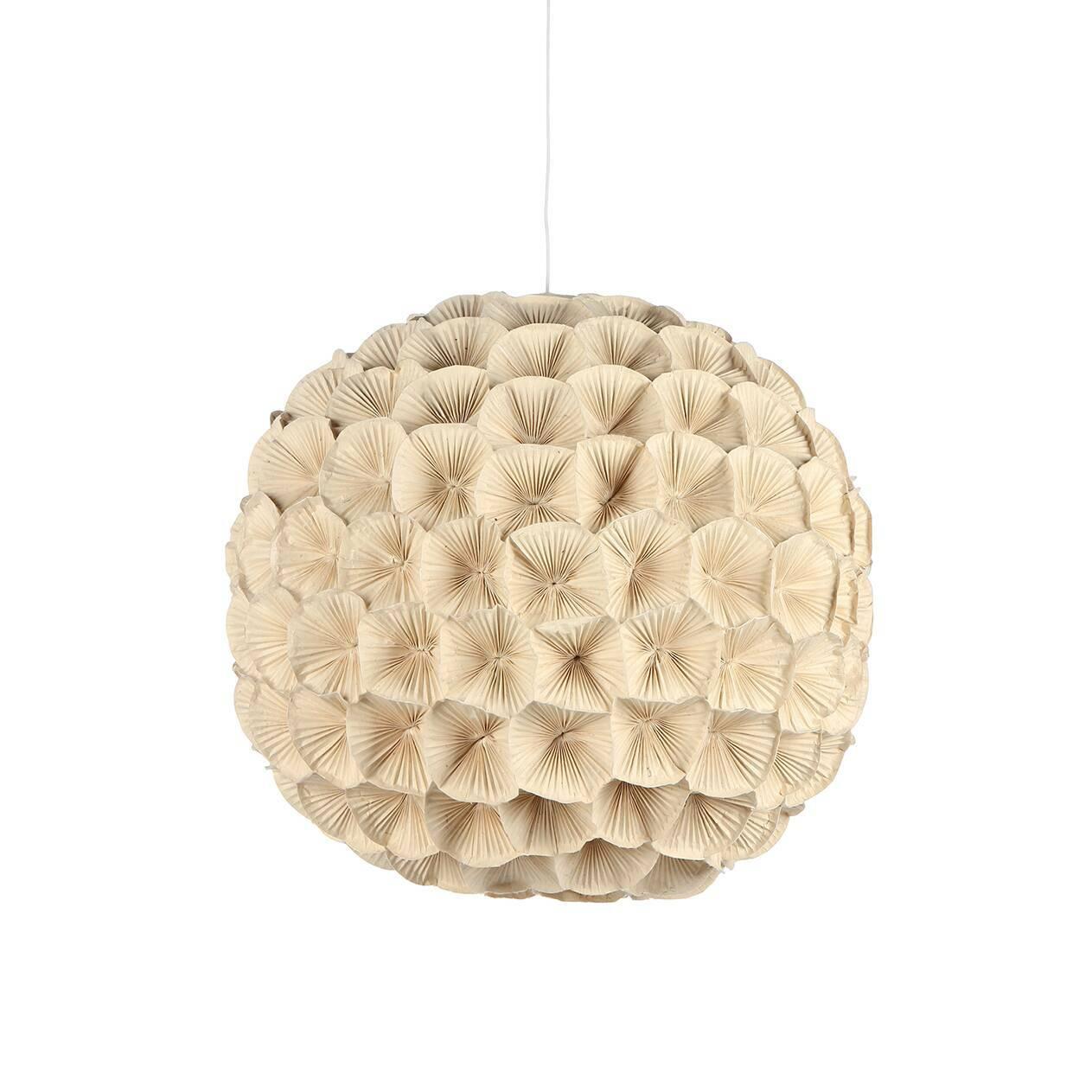 Подвесной светильник Poppy 2Подвесные<br>Этот удивительно нежный и теплый светильник всем своим видом излучает скромное очарование, сдержанную красоту и элегантную женственность. Все это — отличительные черты коллекции светильников Poppy, которую разработала утонченная Кристи Мангуэрра, постоянный дизайнер компании Hive. Компания базируется на Филиппинах и использует в производстве исключительно натуральные природные материалы.<br><br><br> Цветы, формирующие подвесной светильник Poppy, сделаны вручную из гофрированного картона, плотн...<br><br>stock: 0<br>Диаметр: 80<br>Материал абажура: Бумага<br>Материал арматуры: Металл<br>Тип лампы/цоколь: E26/E27<br>Цвет абажура: Кремовый