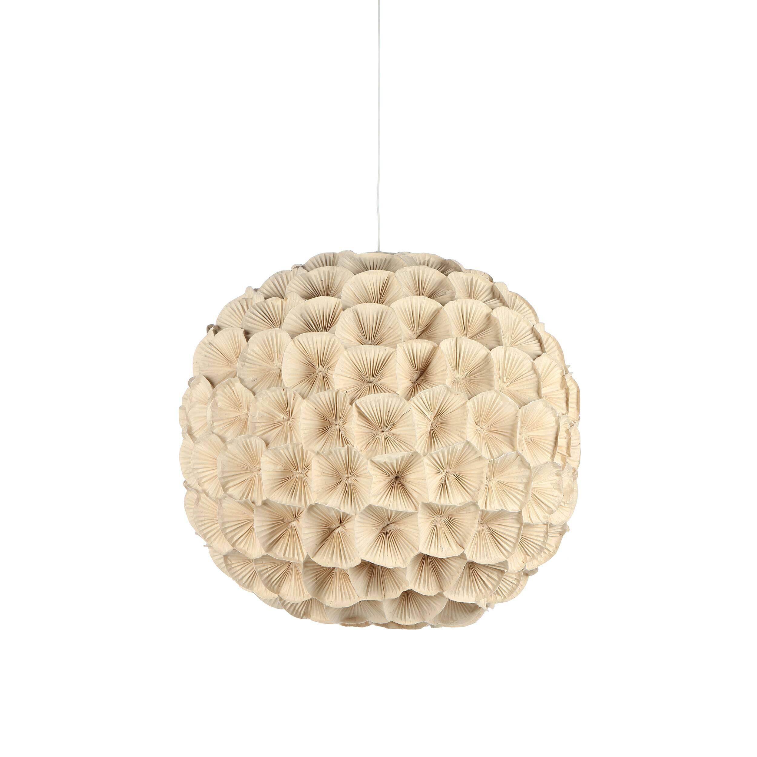 Подвесной светильник Poppy 2Подвесные<br>Этот удивительно нежный и теплый светильник всем своим видом излучает скромное очарование, сдержанную красоту и элегантную женственность. Все это — отличительные черты коллекции светильников Poppy, которую разработала утонченная Кристи Мангуэрра, постоянный дизайнер компании Hive. Компания базируется на Филиппинах и использует в производстве исключительно натуральные природные материалы.<br><br><br> Цветы, формирующие подвесной светильник Poppy, сделаны вручную из гофрированного картона, плотн...<br><br>stock: 0<br>Диаметр: 60<br>Материал абажура: Медь кованная<br>Тип лампы/цоколь: E26/E27<br>Цвет абажура: Кремовый