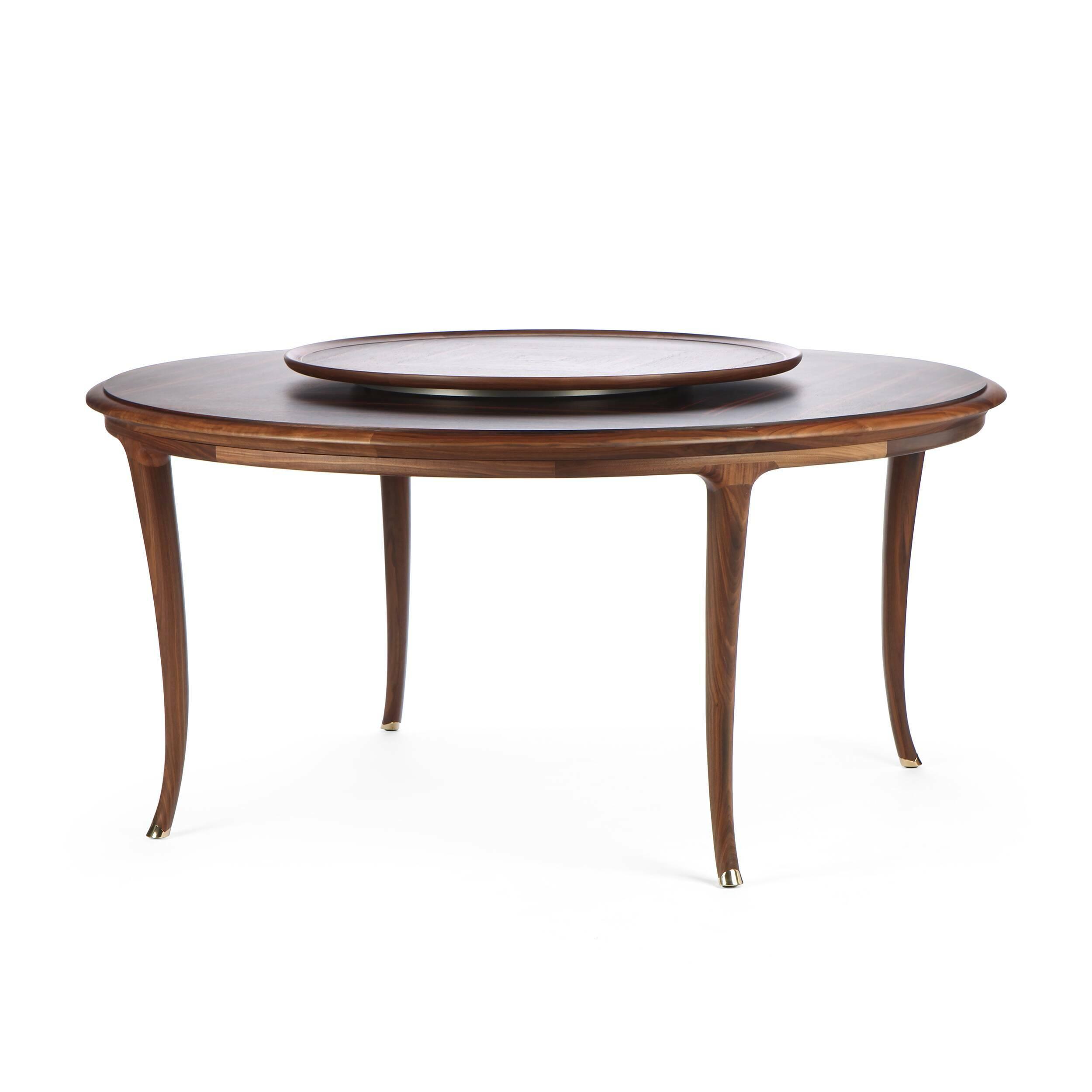 Обеденный стол LussoОбеденные<br>Дизайнерская круглый обеденный деревянны стол Lusso (Луссо) из массива ореха на тонких изогнутых ножках от Cosmo (Космо).Обеденный стол Lusso — изящная классическая модель стола, которая бесспорно украсит собой любую просторную залу. Дизайн стола лаконичен, но при этом он очень выразительный. Благодаря тонким изогнутым ножкам, текстуре натурального дерева и необычной форме столешницы стол безусловно подойдет к классическому интерьеру. <br> <br> Оригинальный стол изготовлен из натуральной древесин...<br><br>stock: 1<br>Высота: 76<br>Диаметр: 160<br>Тип производства: Ручное производство<br>Материал каркаса: Массив ореха<br>Тип материала каркаса: Дерево<br>Цвет каркаса: Орех американский
