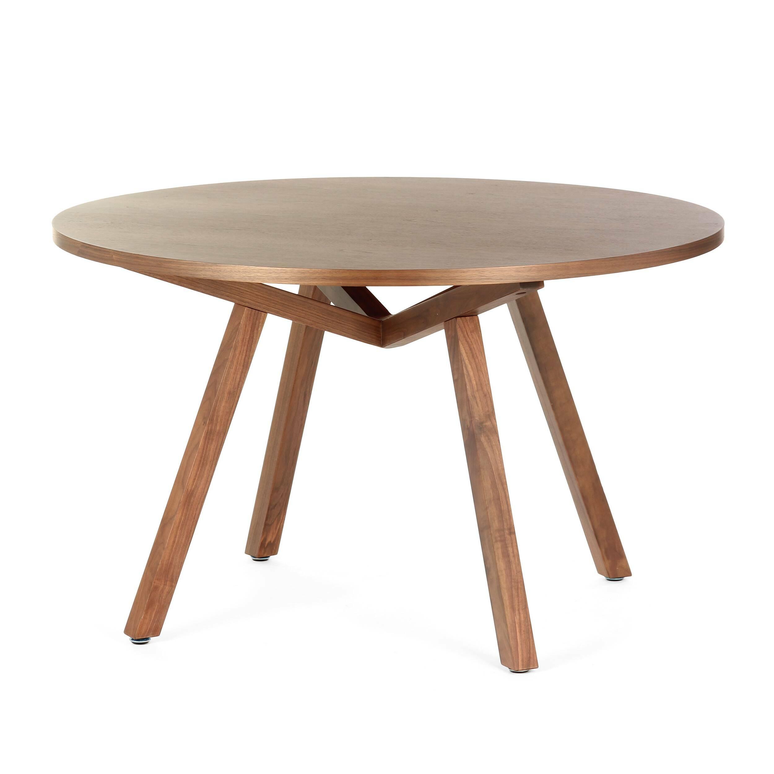 Обеденный стол Forte круглыйОбеденные<br>Дизайнерская круглый обеденный стол Forte (Форте) натурального цвета из дерева на четырех ножках от Cosmo (Космо).<br>         Американский дизайнер, путешественник и человек мира Шон Дикс успел пожить на Фиджи, в Микронезии и на Филиппинах, перед тем как переехать в Сан-Диего, Чикаго, а затем Европу и Гонконг. Его студии — в Милане и Гонконге, а среди его знаменитых клиентов Moschino, Harrods, Bosco di Ciliegi и La Scala. Что же привлекает их всех? Секрет Шона прост: он делает мебель, которая ...<br><br>stock: 2<br>Высота: 74<br>Диаметр: 120<br>Цвет ножек: Орех американский<br>Цвет столешницы: Орех американский<br>Материал ножек: Массив ореха<br>Материал столешницы: Фанера, шпон ореха<br>Тип материала столешницы: Фанера<br>Тип материала ножек: Дерево