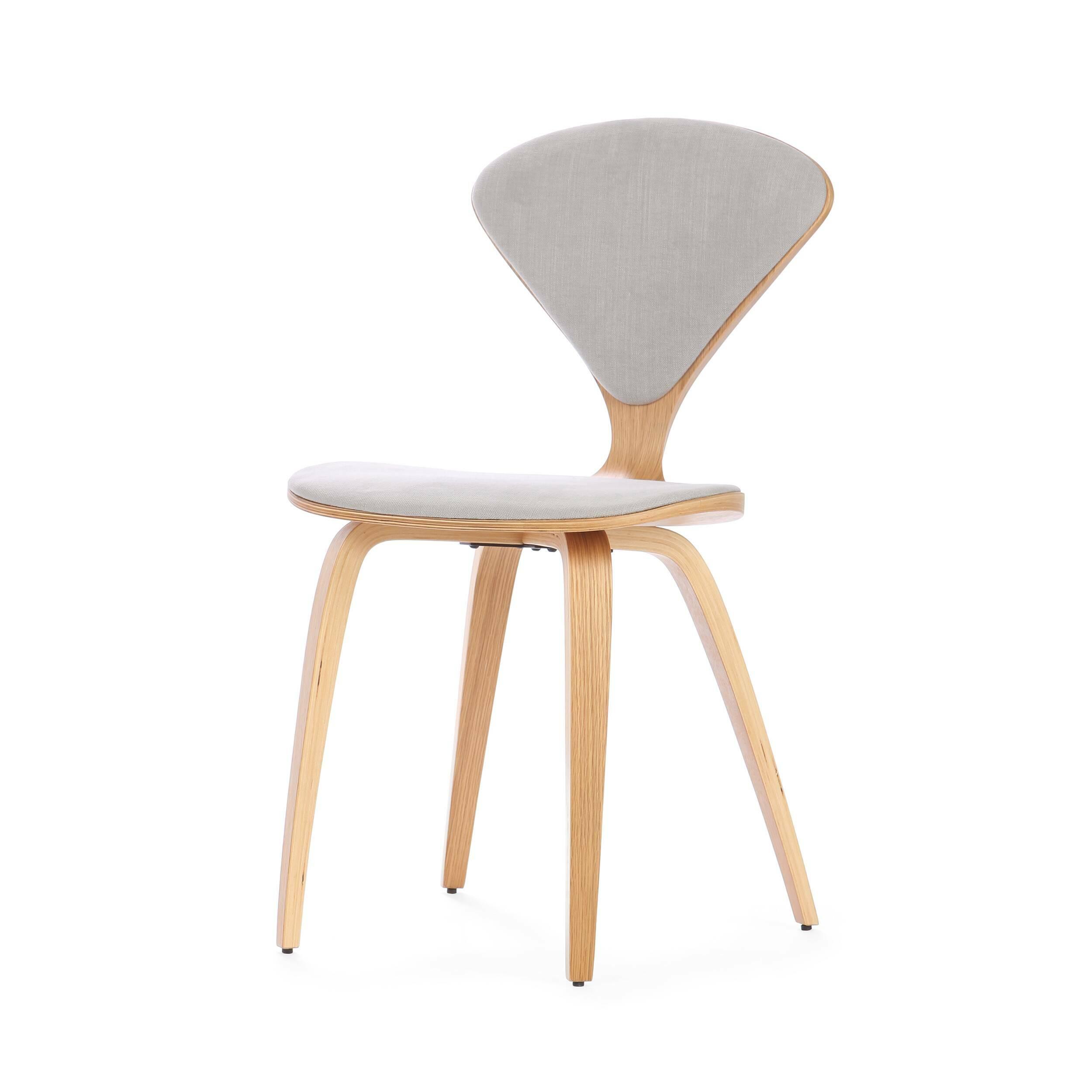 Стул Cherner с обивкойИнтерьерные<br>Американский дизайнер Норман Чернер с 1947 по 1949 год проработал в Музее современного искусства в Нью-Йорке, где досконально изучил труды идеологов баухауса, и в своих творениях решил следовать их заветам — создавать недорогую удобную мебель, которую мог бы себе позволить каждый. Он одним из первых стал применять фанеру — недорогой и легкий материал, и в 1958 году создал свой культовый стул Cherner «с тонкой талией» из фанеры под дерево.<br><br><br> Наша репродукция легендарного стула предста...<br><br>stock: 12<br>Высота: 81,5<br>Высота сиденья: 46<br>Ширина: 44<br>Глубина: 54,5<br>Цвет ножек: Белый дуб<br>Материал ножек: Фанера, шпон дуба<br>Материал сидения: Хлопок, Лен<br>Цвет сидения: Светло-серый<br>Тип материала сидения: Ткань<br>Коллекция ткани: Ray Fabric<br>Тип материала ножек: Дерево