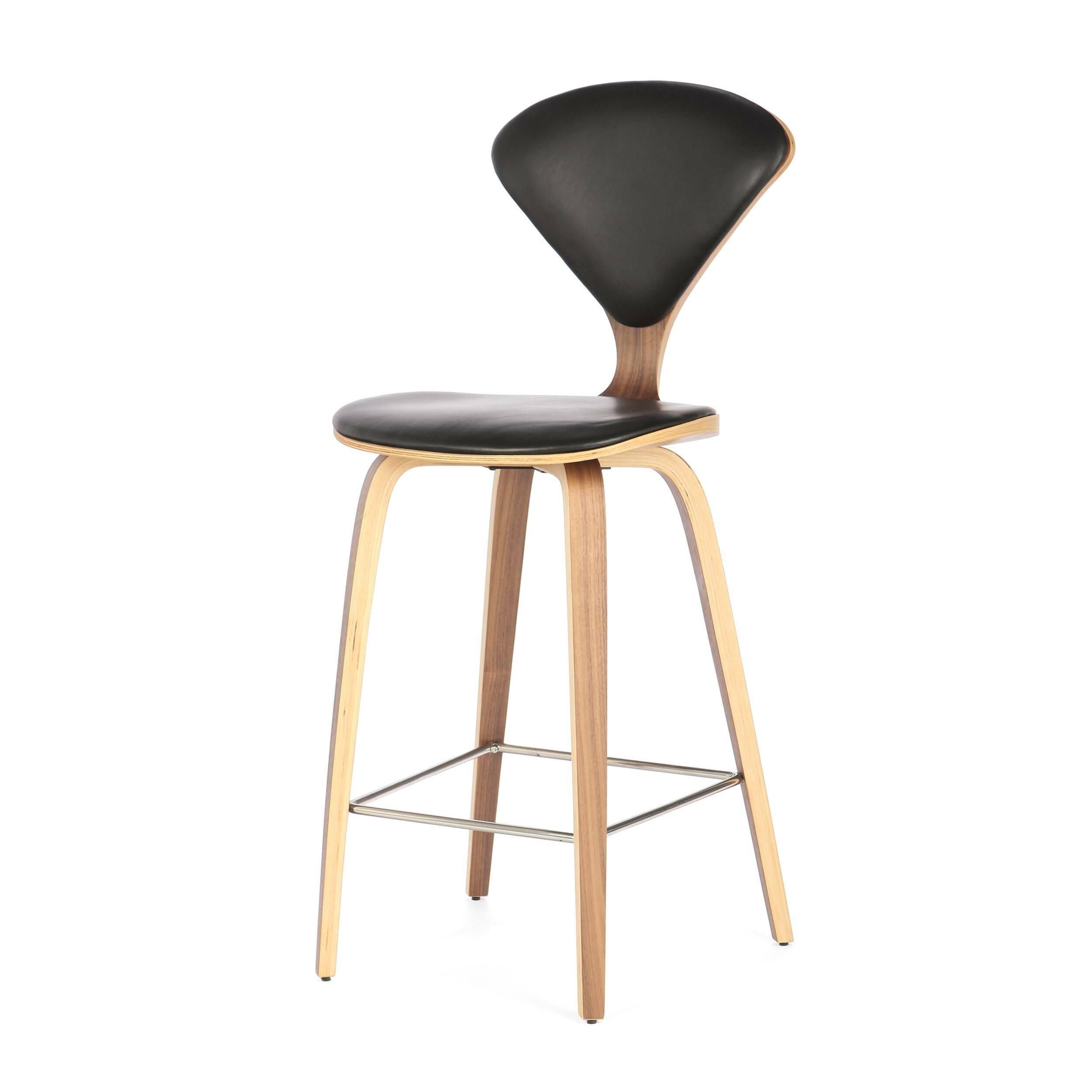 Барный стул Cherner с обивкойПолубарные<br>Барный стул Cherner с обивкой — это великолепный деревянный барный стул 1958 года по-настоящему<br>инновационного дизайна Нормана Чернера. Барный стул Cherner — прекрасный союз комфорта, новизны и стиля. Американский дизайнер Норман Чернер известен в мире дизайна прежде всего благодаря коллекции стульев Cherner. Их особенная форма, безупречные линии и необычный дизайн не выходят из моды уже долгие годы, и эти стулья стали классикой дизайна.<br><br><br> Сделанный из формованной фанеры с изогнутым...<br><br>stock: 14<br>Высота: 102,5<br>Высота сиденья: 66.5<br>Ширина: 47<br>Глубина: 54<br>Цвет ножек: Орех<br>Материал ножек: Фанера, шпон ореха<br>Цвет сидения: Черный<br>Тип материала сидения: Кожа<br>Коллекция ткани: Harry Leather<br>Тип материала ножек: Дерево