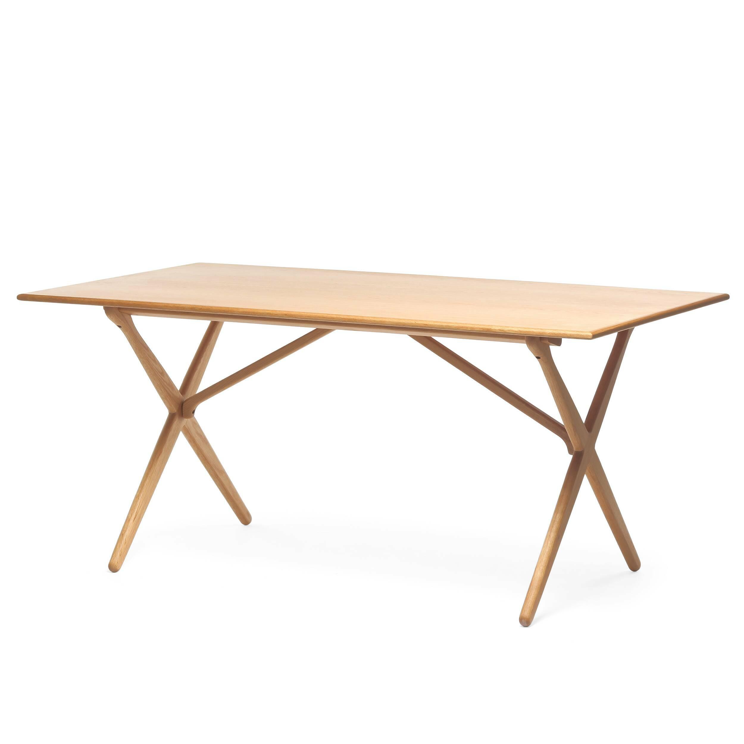 Обеденный стол CrossОбеденные<br>Дизайнерская легкий деревянный обеденный стол Cross прямоугольной формы от Cosmo (Космо).<br>         Этот обеденный стол с Х-образными ножками является одним из знаменитых дизайнов датской классики, созданных еще в 60-х годах.<br><br><br> Стол Cross изготовлен из древесины ясеня или американского ореха. Эти материалы обладают высокой прочностью и красивой текстурой. Ножки изготовлены из такой же качественной древесины и собраны в оригинальную Х-образную конструкцию, которая удивит вас своим интересн...<br><br>stock: 2<br>Высота: 75<br>Ширина: 85,5<br>Длина: 165,5<br>Цвет ножек: Светло-коричневый<br>Цвет столешницы: Светло-коричневый<br>Материал ножек: Массив дуба<br>Материал столешницы: МДФ, шпон дуба<br>Тип материала столешницы: МДФ<br>Тип материала ножек: Дерево